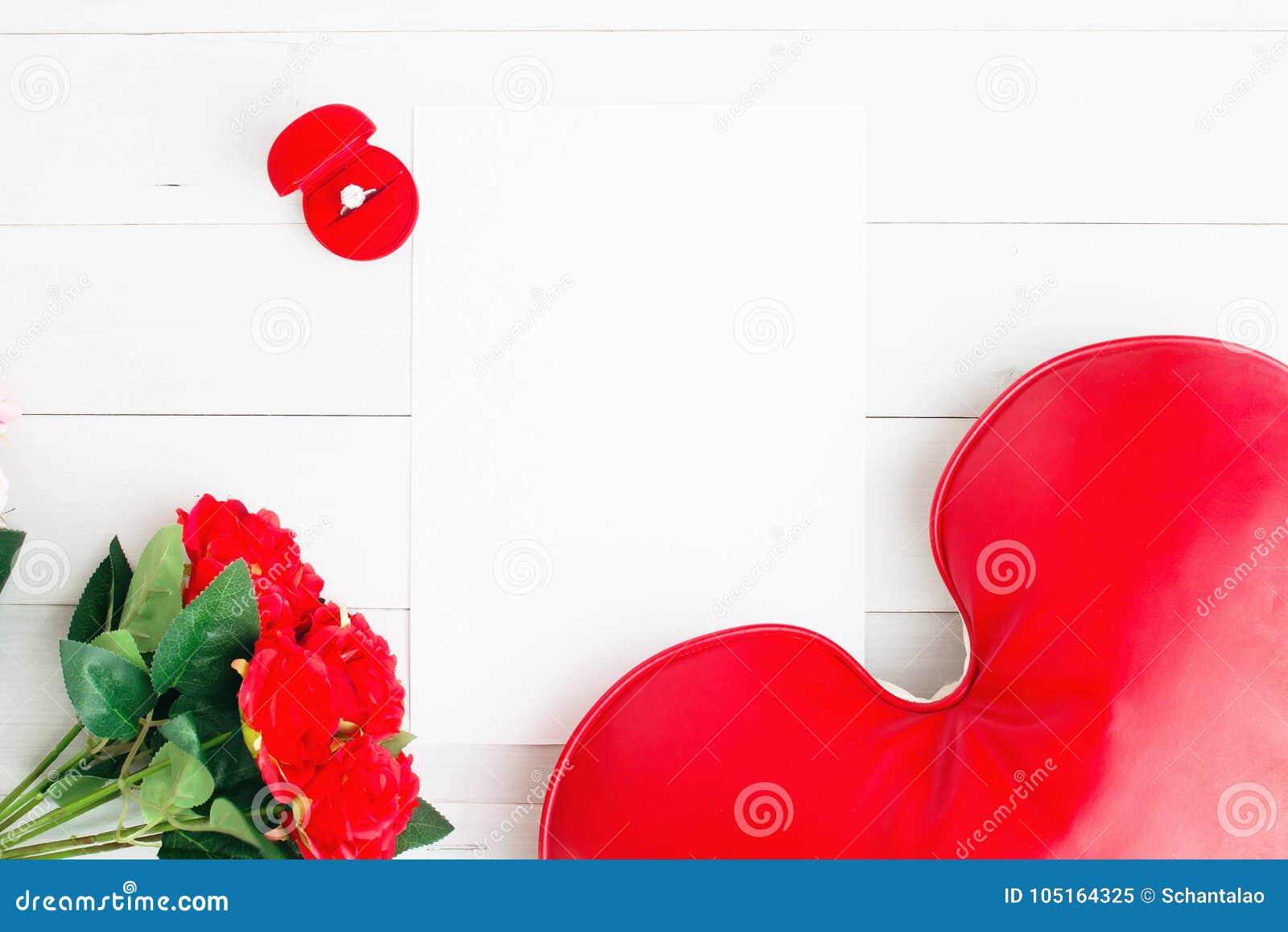 0fdcc4ef2 Configuração lisa do anel de noivado na caixa vermelha com rosas vermelhas  e do coração no Livro Branco vazio
