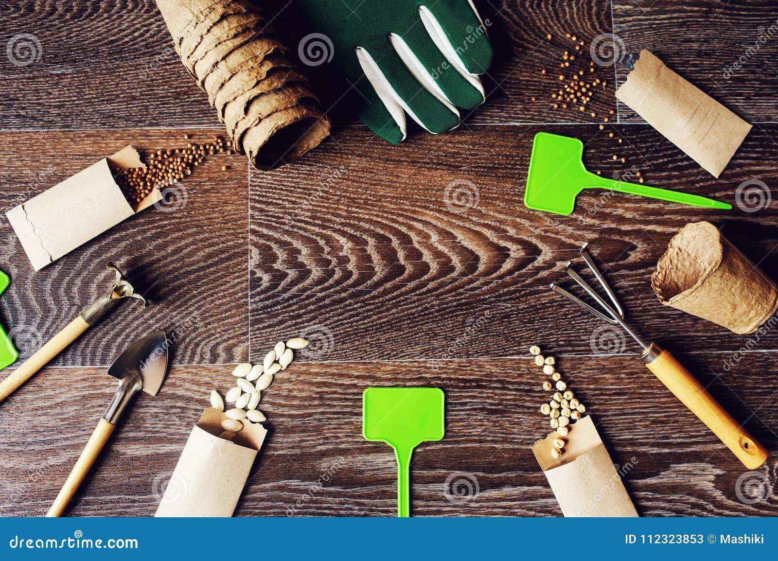 Configuração lisa do trabalho do jardim da mola com as sementes vegetais em envelopes feitos a mão