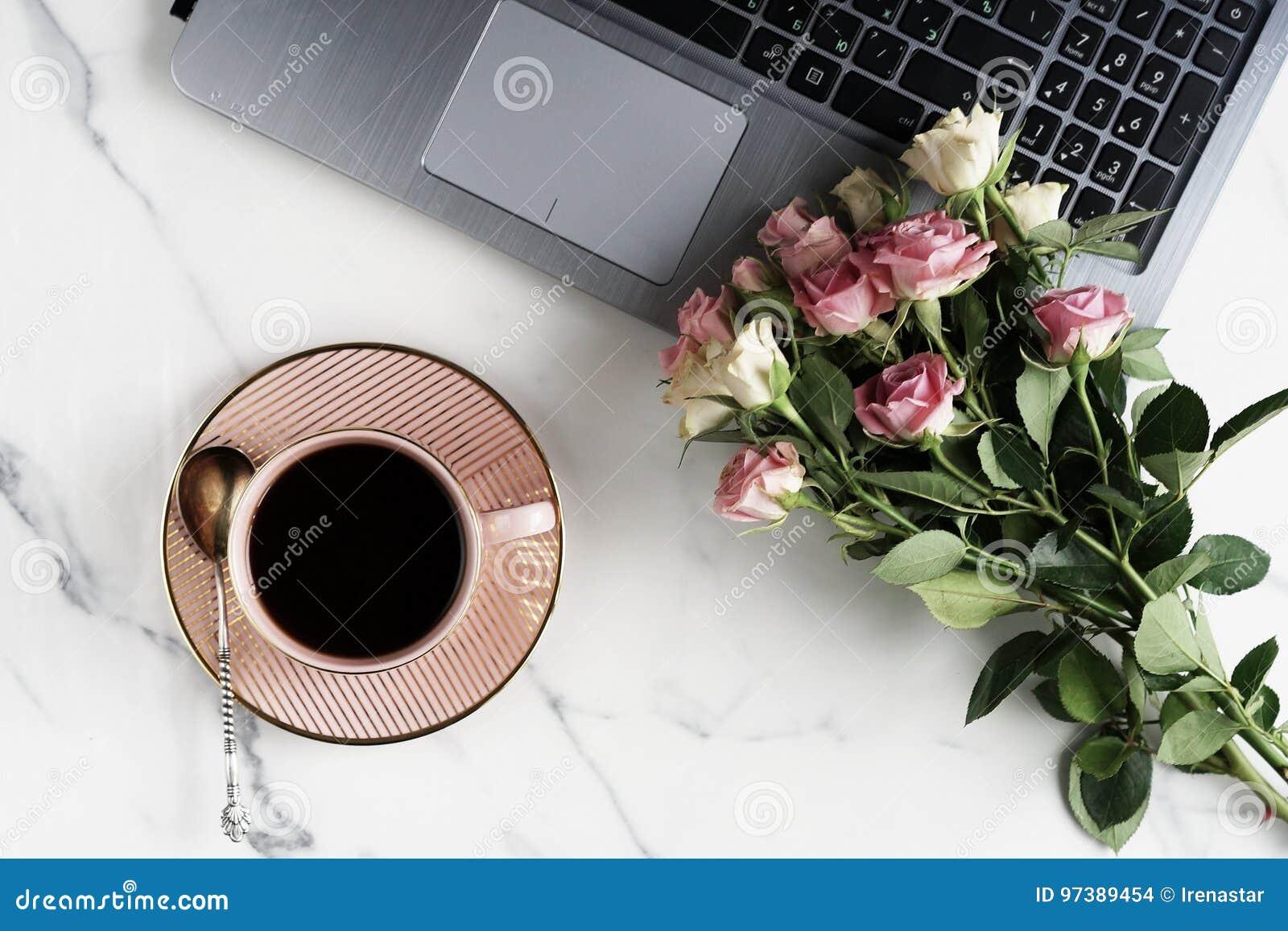 Configuração lisa, mesa feminino da tabela do escritório da vista superior espaço de trabalho com portátil, copo do cofee e as ro
