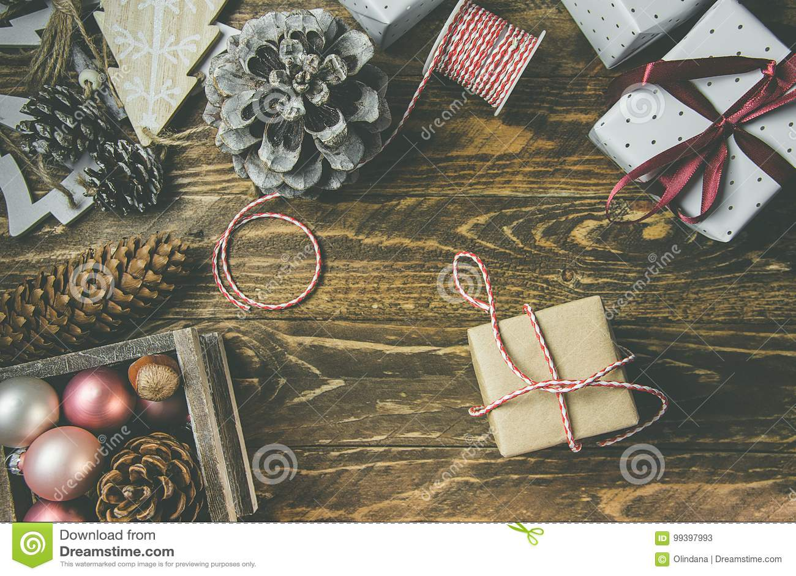 Configuração lisa no fundo de madeira envelhecido rústico, no Natal ou em anos novos dos gits envolvidos no Livro Branco do marro