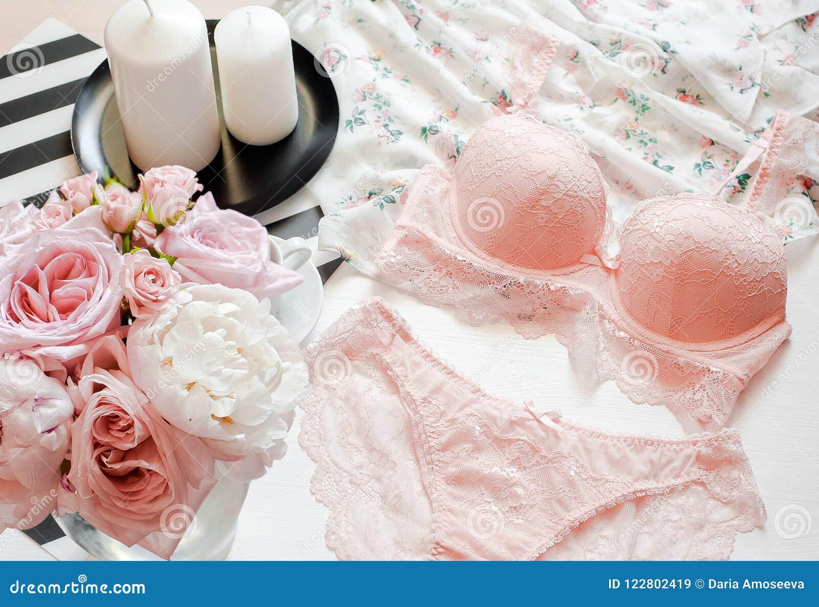 Configuração lisa Roupa interior do laço do rosa da vista superior Blogue da beleza Ramalhete das rosas e dos pions, parfume, joi