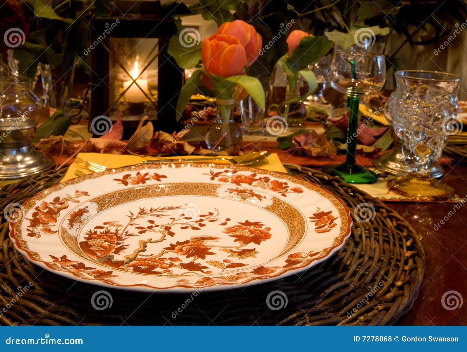 Configuración elegante de la cena de la caída