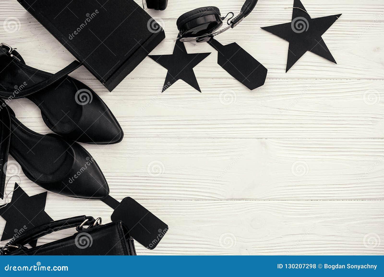 Configuration plate élégante de Black Friday Sac noir, boîte-cadeau, prix à payer,