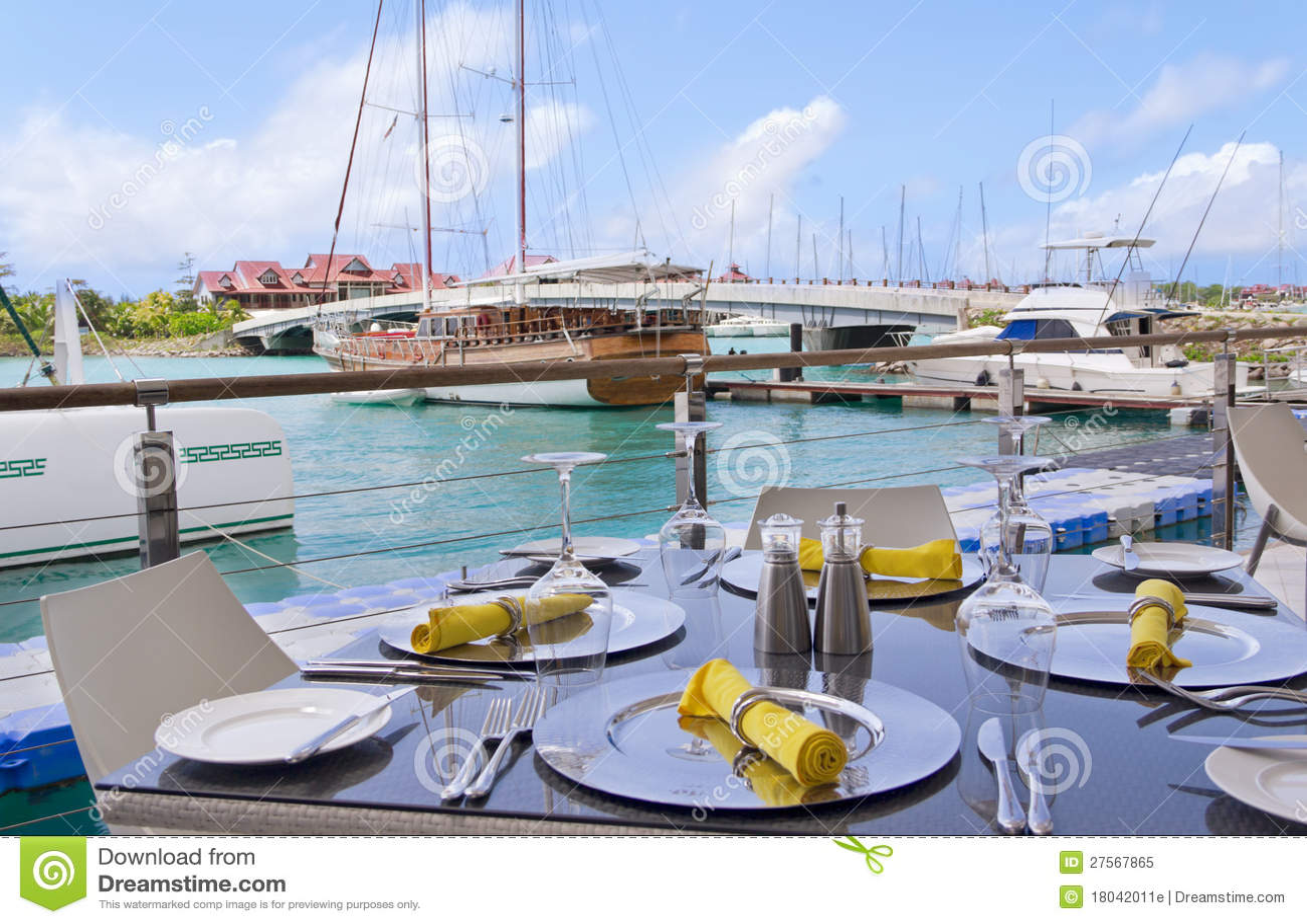 Configurations de Tableau au restaurant sur le bord de la mer de l île
