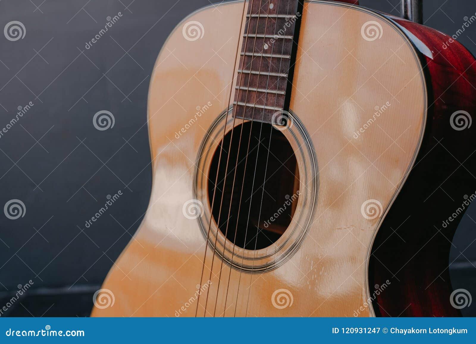 Configurazione classica della chitarra da stile di legno