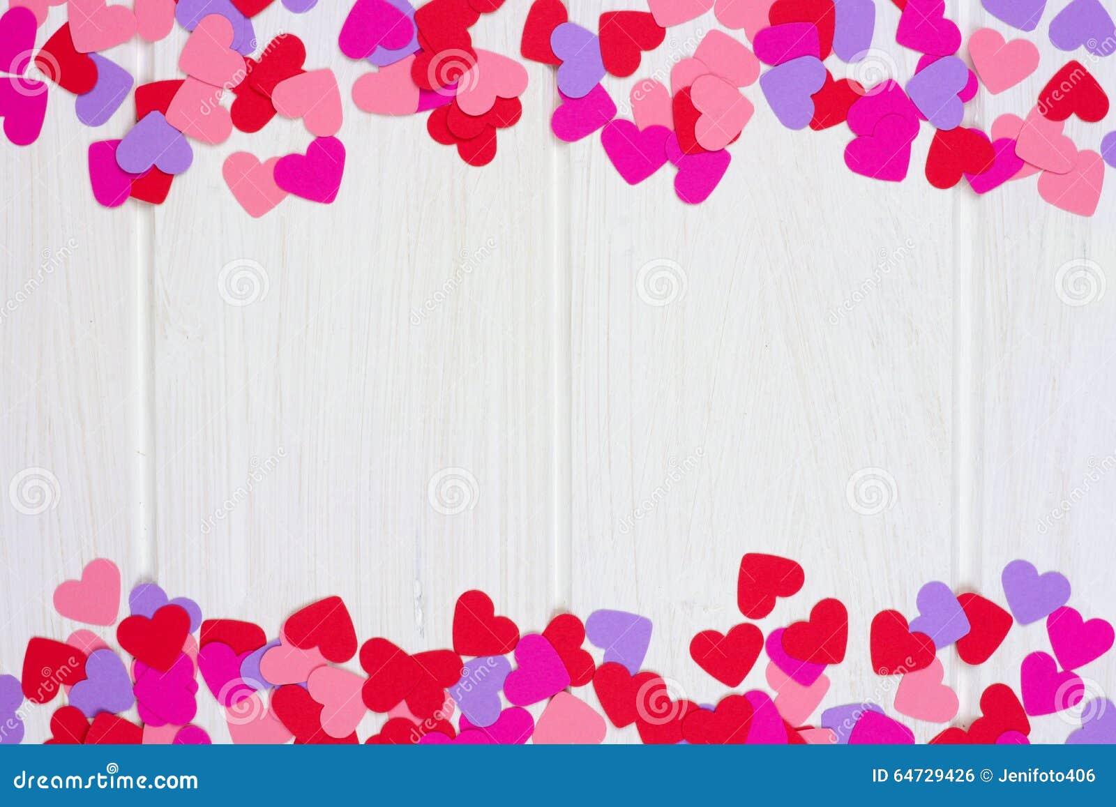 Confine del doppio del cuore della carta di giorno di biglietti di S. Valentino contro legno bianco