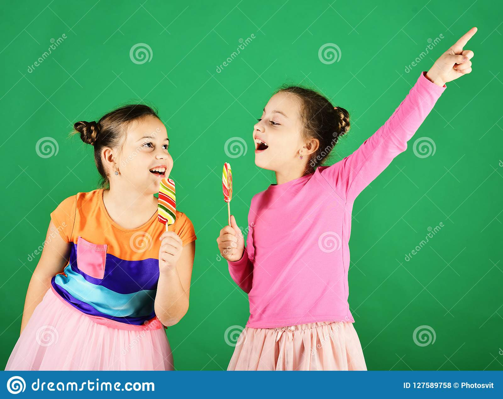 Confiserie et concept d enfance Soeurs avec en rond et longues lucettes