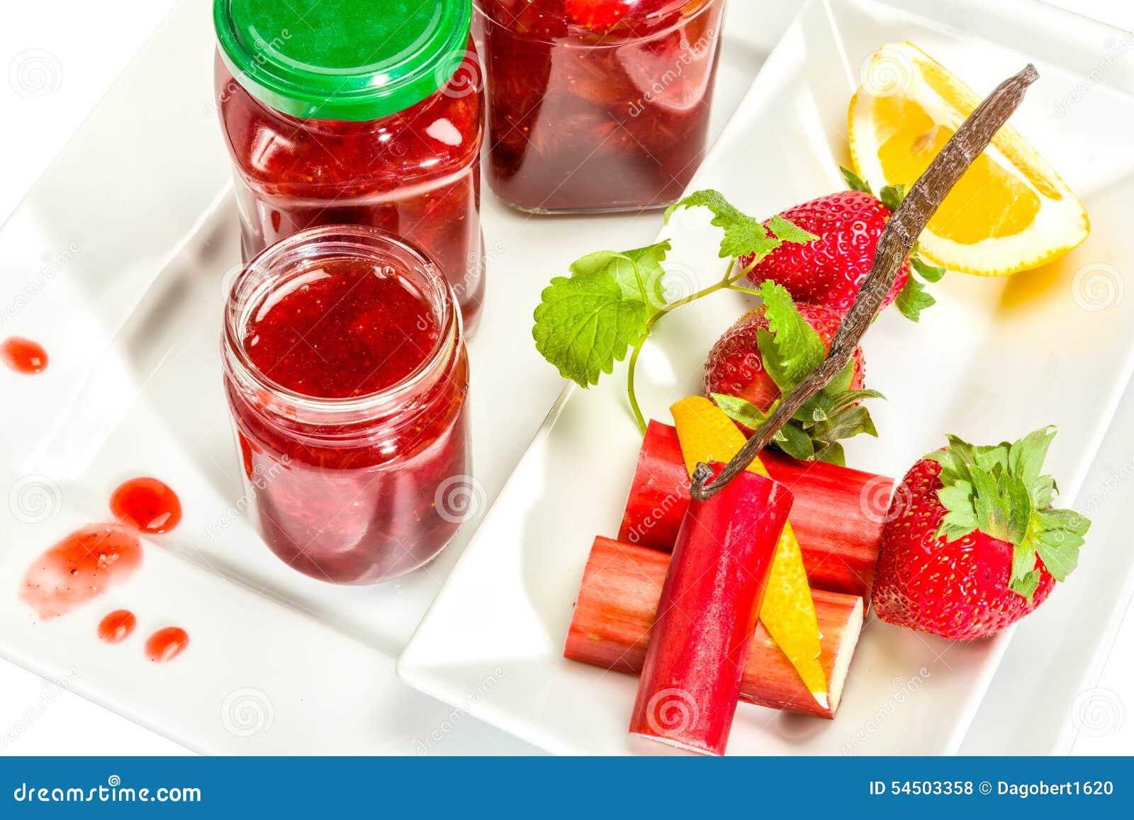 Confiture des fraises, de la rhubarbe et de la vanille