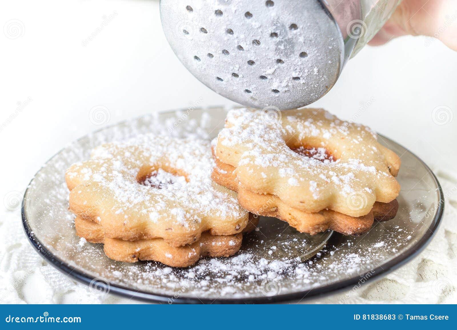 Confiture faite maison linzer d 39 abricot avec du sucre glace sur la fin blanche de table photo - Confiture d abricots maison ...