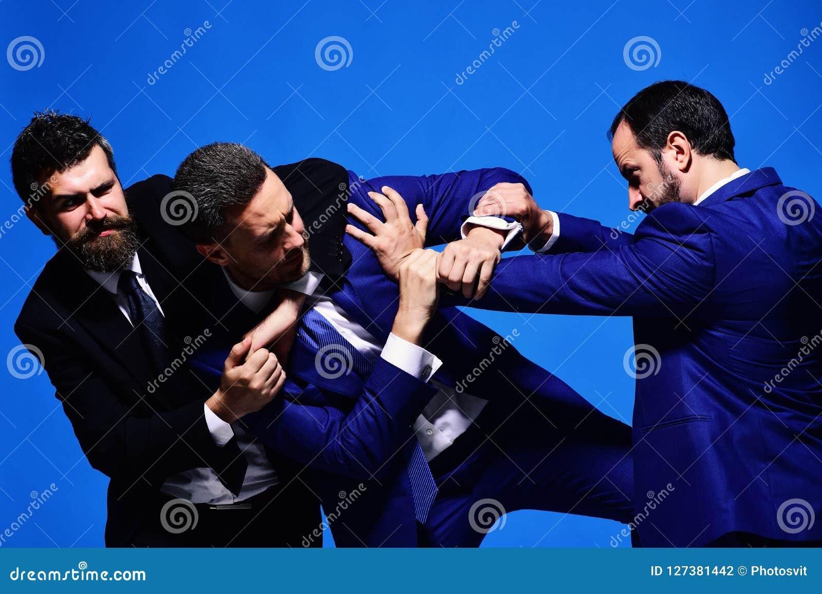 Conflicto del negocio y concepto de la discusión Lucha de los líderes de la compañía para la dirección