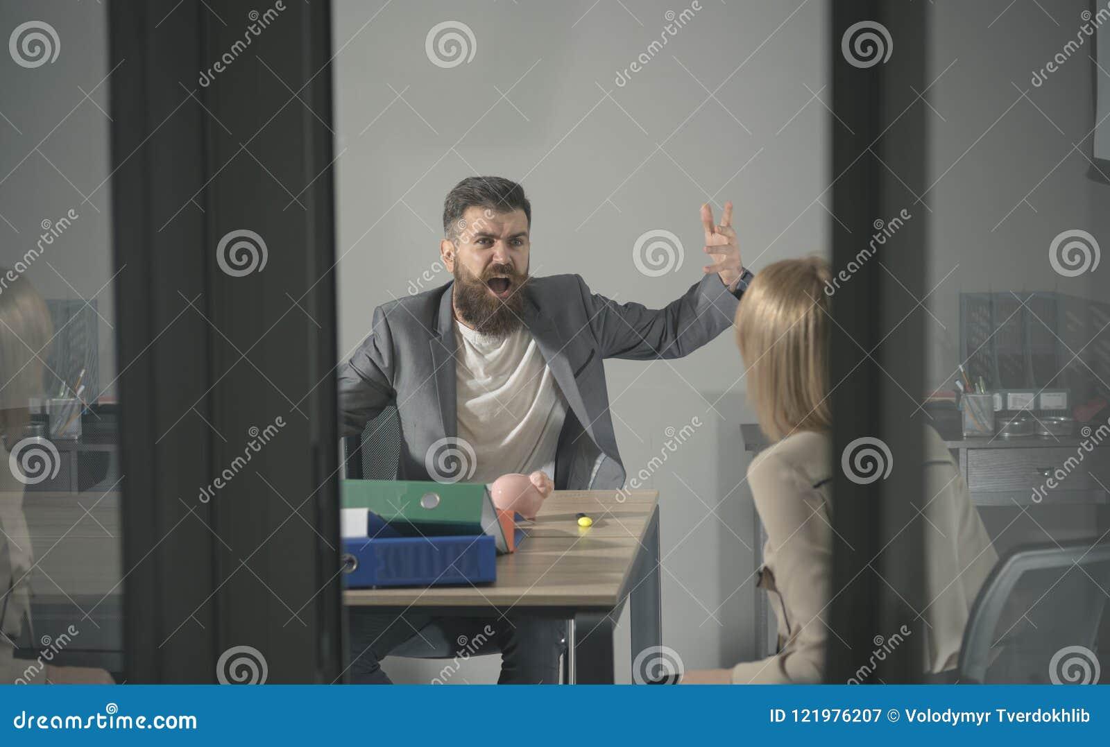 Conflicto y confrontación del negocio Grito enojado del jefe en el contable en oficina El hombre y la mujer barbudos discuten a l