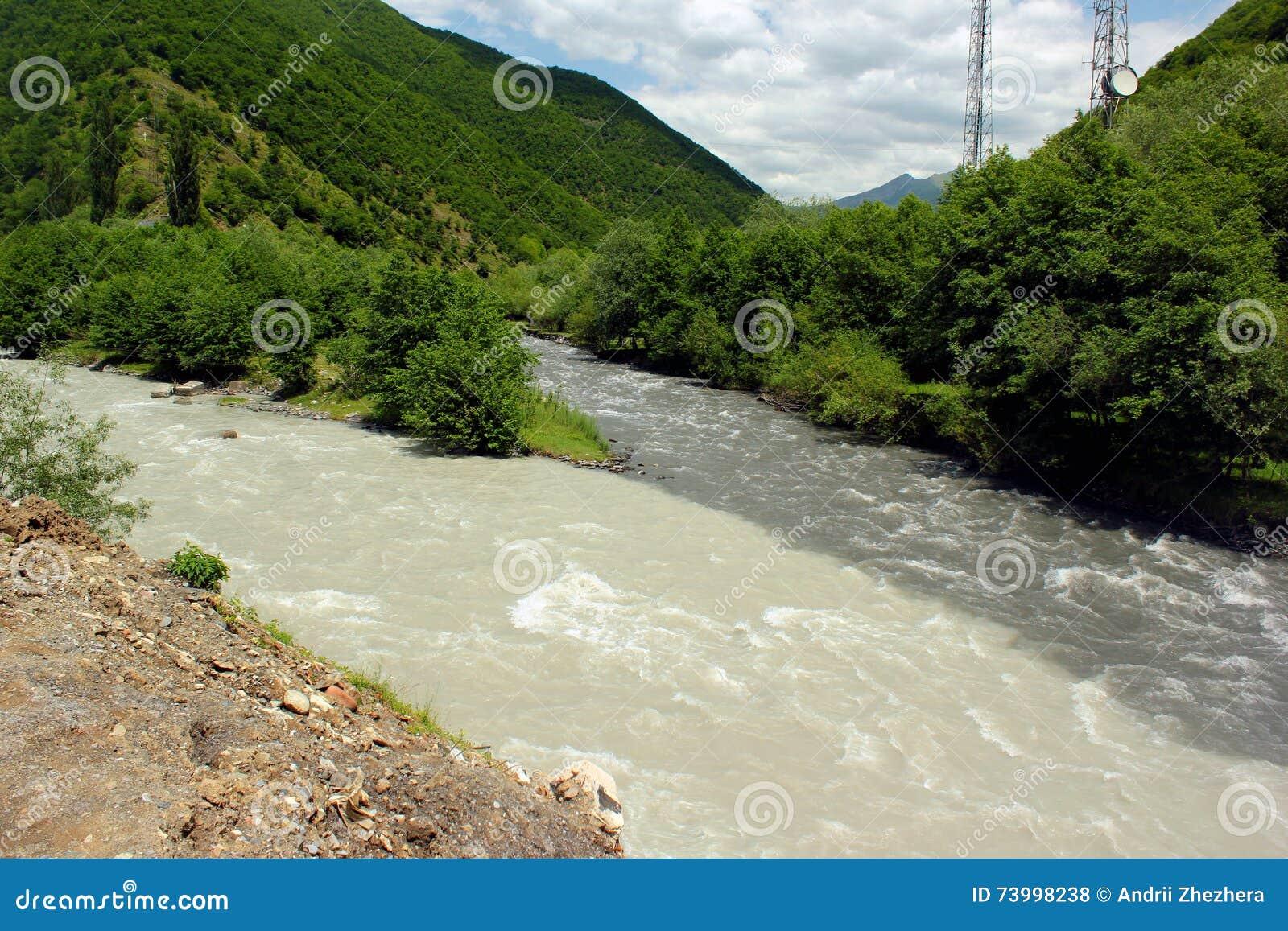 Confluent montagnes de rivières noires et blanches d Aragvi, Caucase, la Géorgie