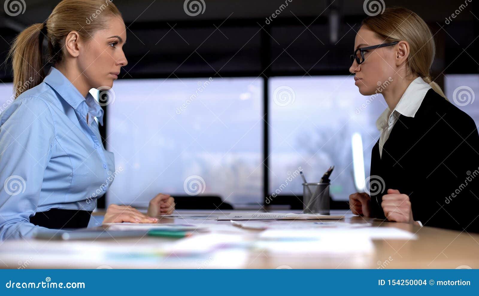 Confrontation au travail, directeurs féminins concurrençant pour la promotion, concours