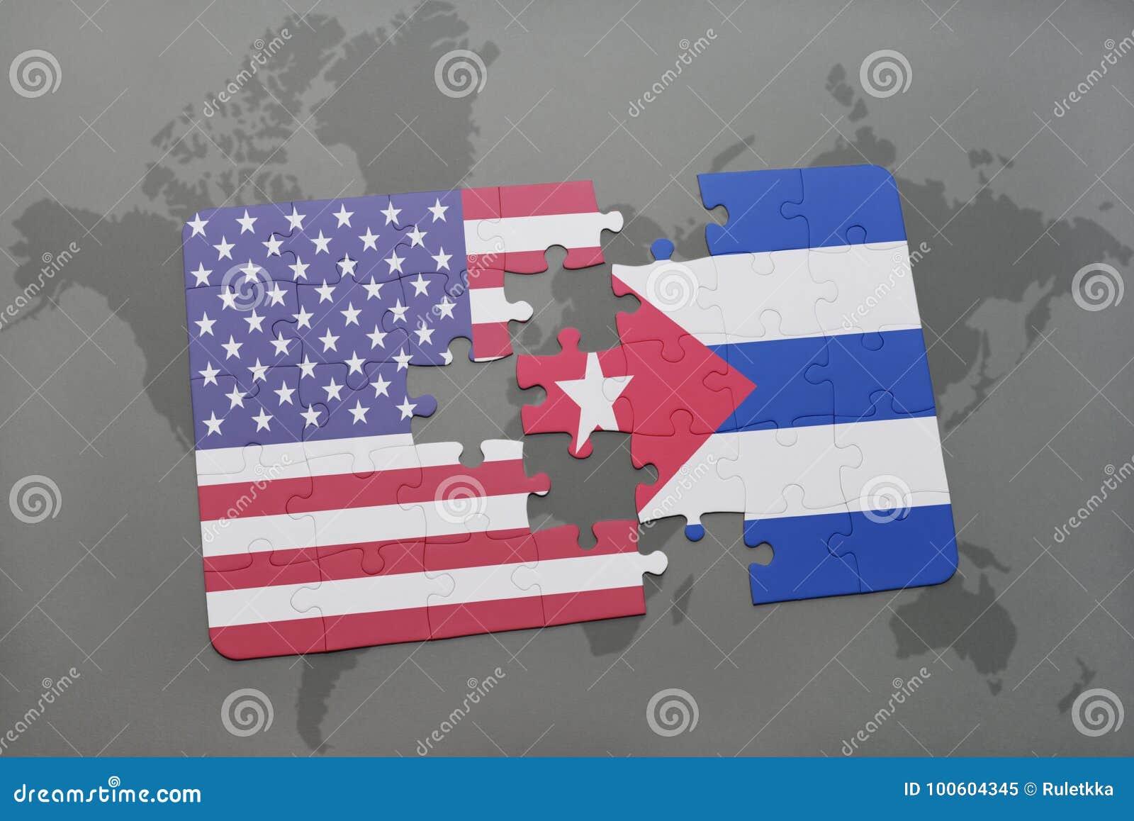 Confunda com a bandeira nacional de Estados Unidos da América e de Cuba em um fundo do mapa do mundo