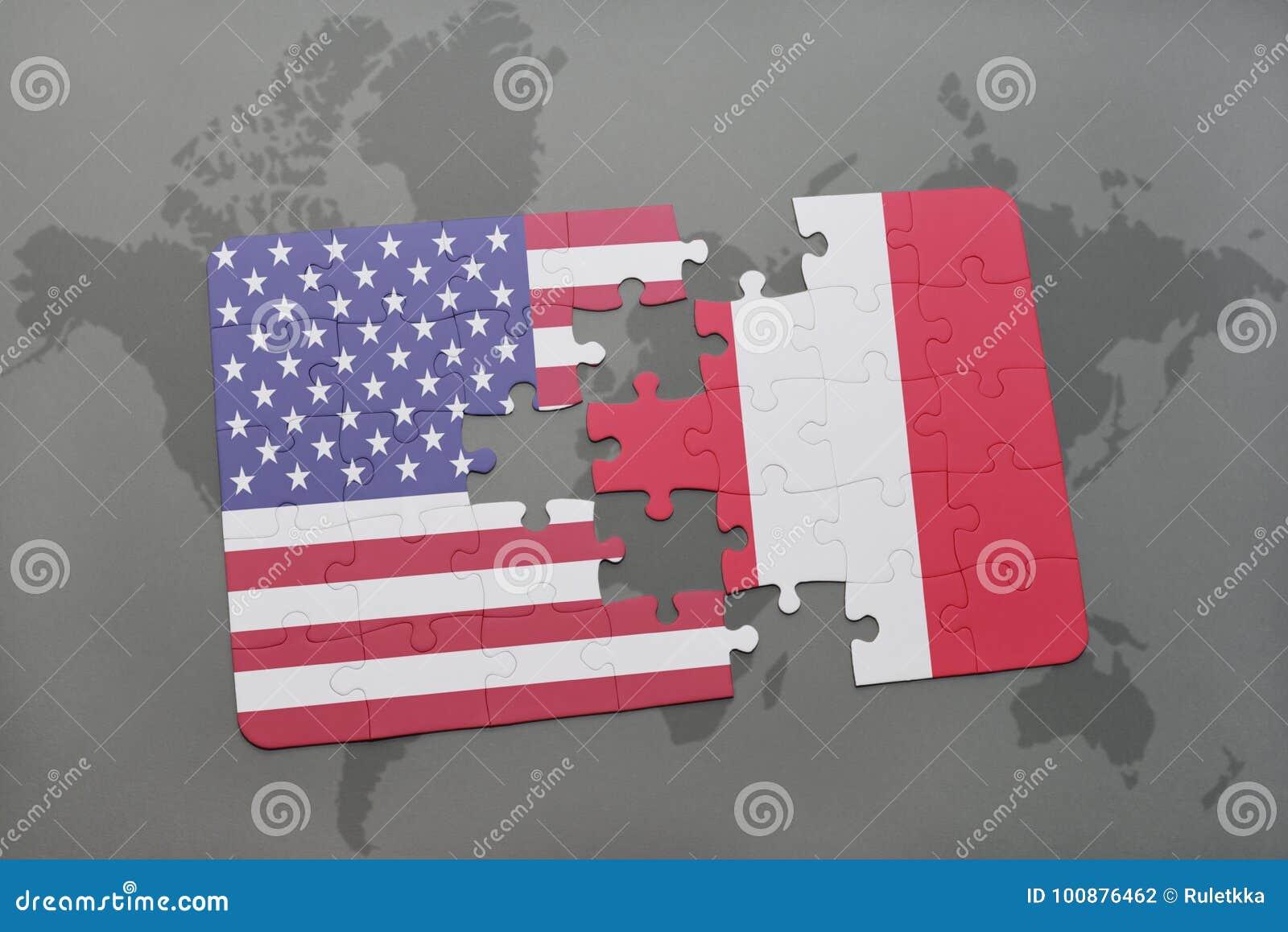 Confunda com a bandeira nacional de Estados Unidos da América e de peru em um fundo do mapa do mundo
