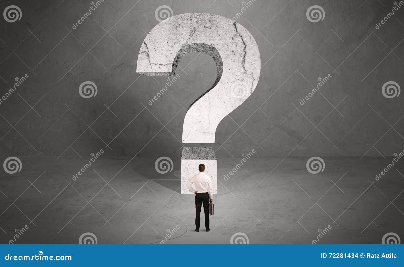 Download Confused бизнесмен и большой вопросительный знак Стоковое Фото - изображение насчитывающей выбирать, backhoe: 72281434