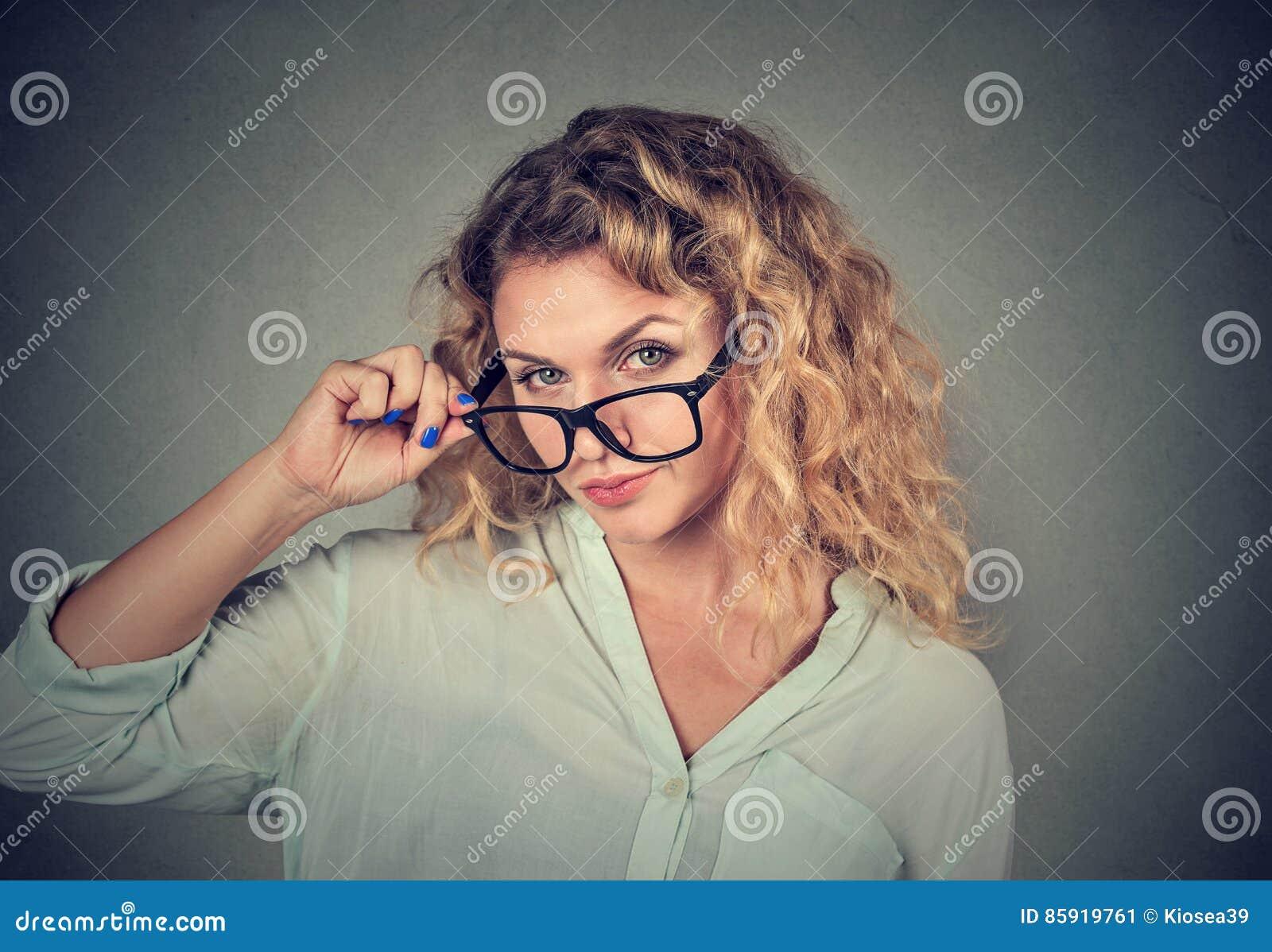 Confused скептичная женщина смотря вас с неутверждением