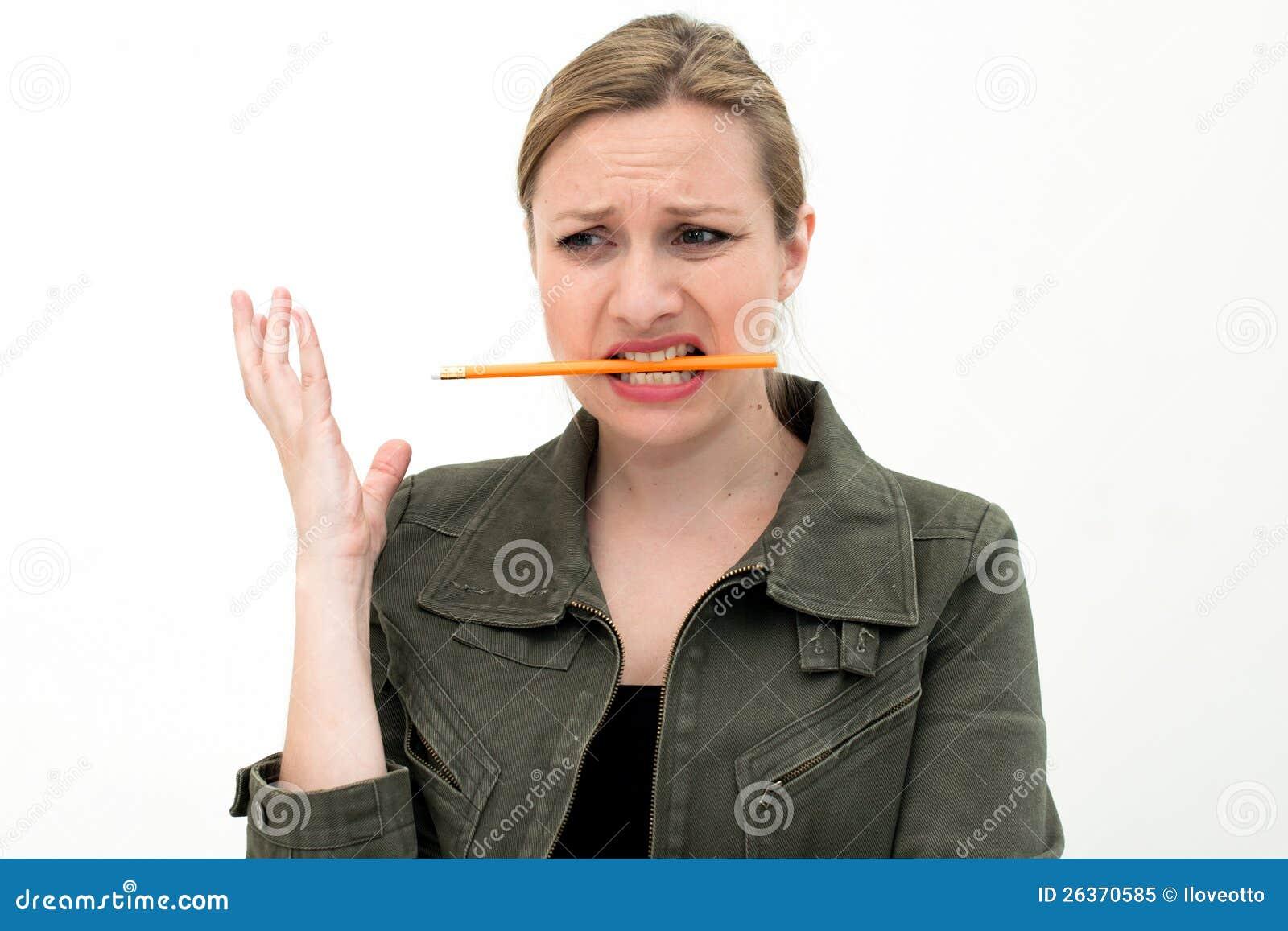 Confused ung kvinna med en blyertspenna