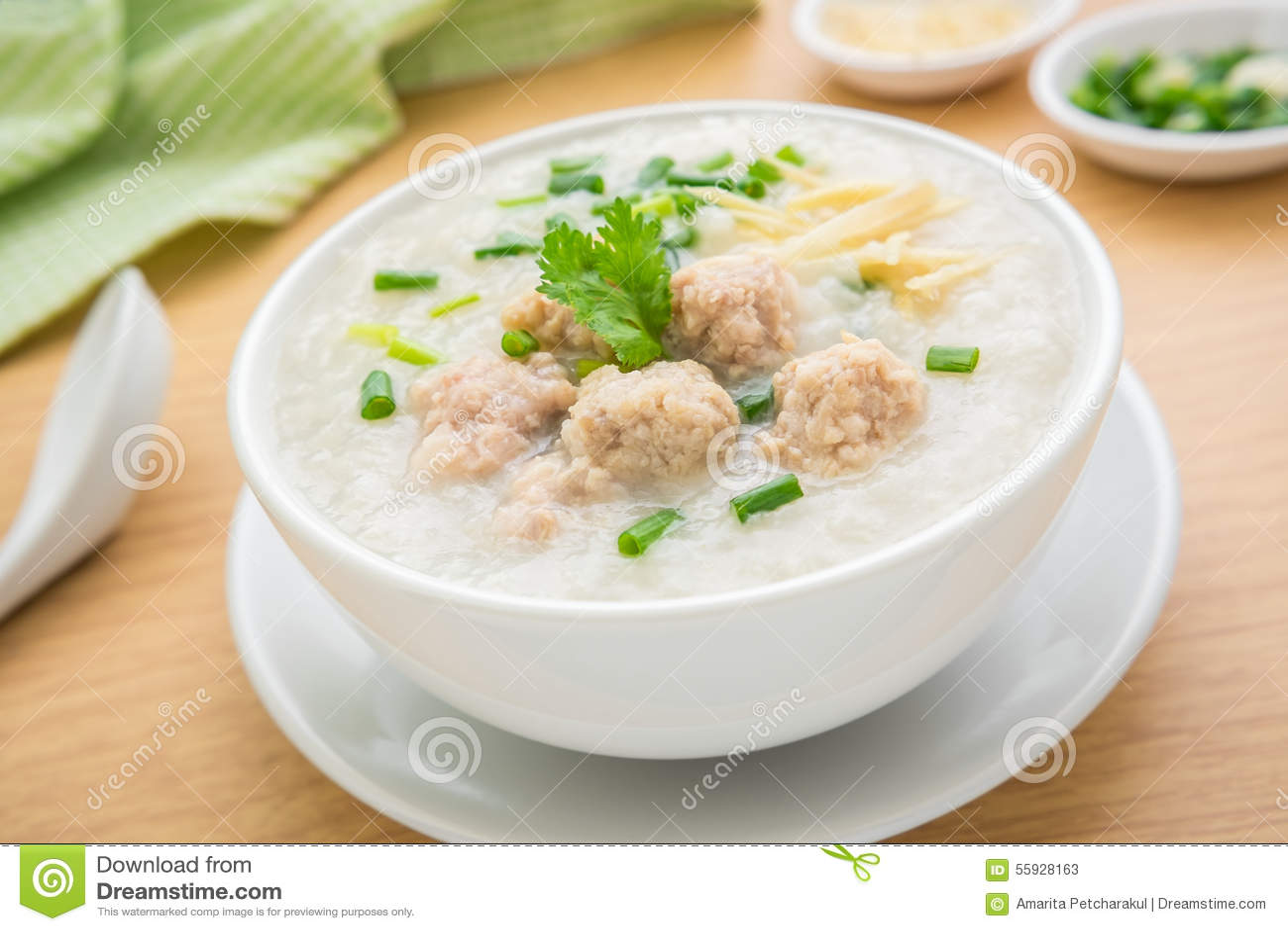 Congee με το κομματιασμένο χοιρινό κρέας στο κύπελλο