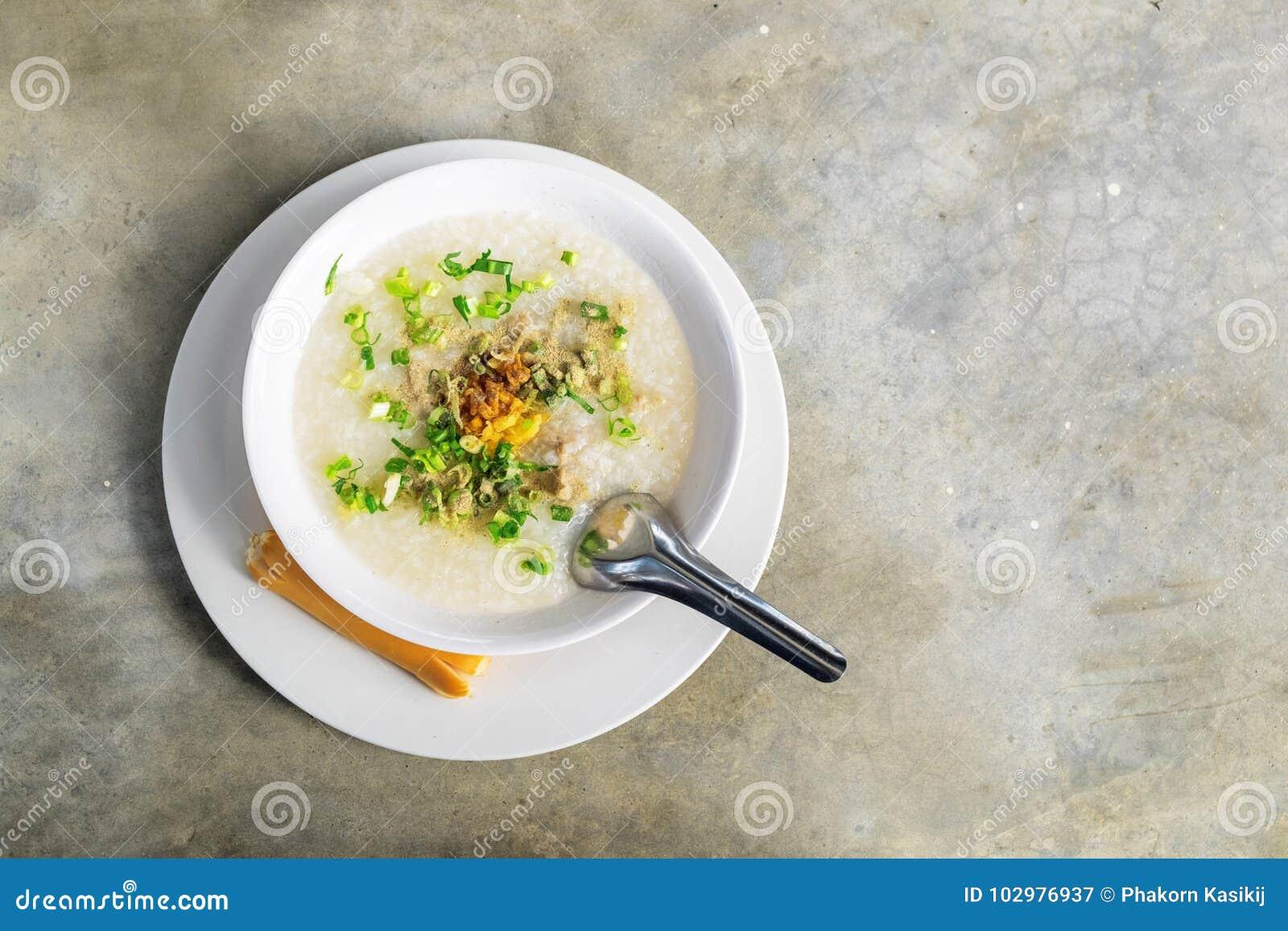 Congee della carne di maiale sulla tavola concreta