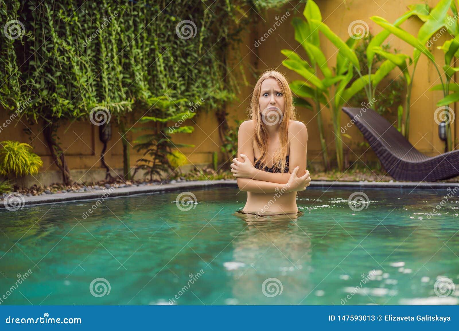 Congelaron a la mujer joven en la piscina Agua muy fría en la piscina Necesite el agua calentada