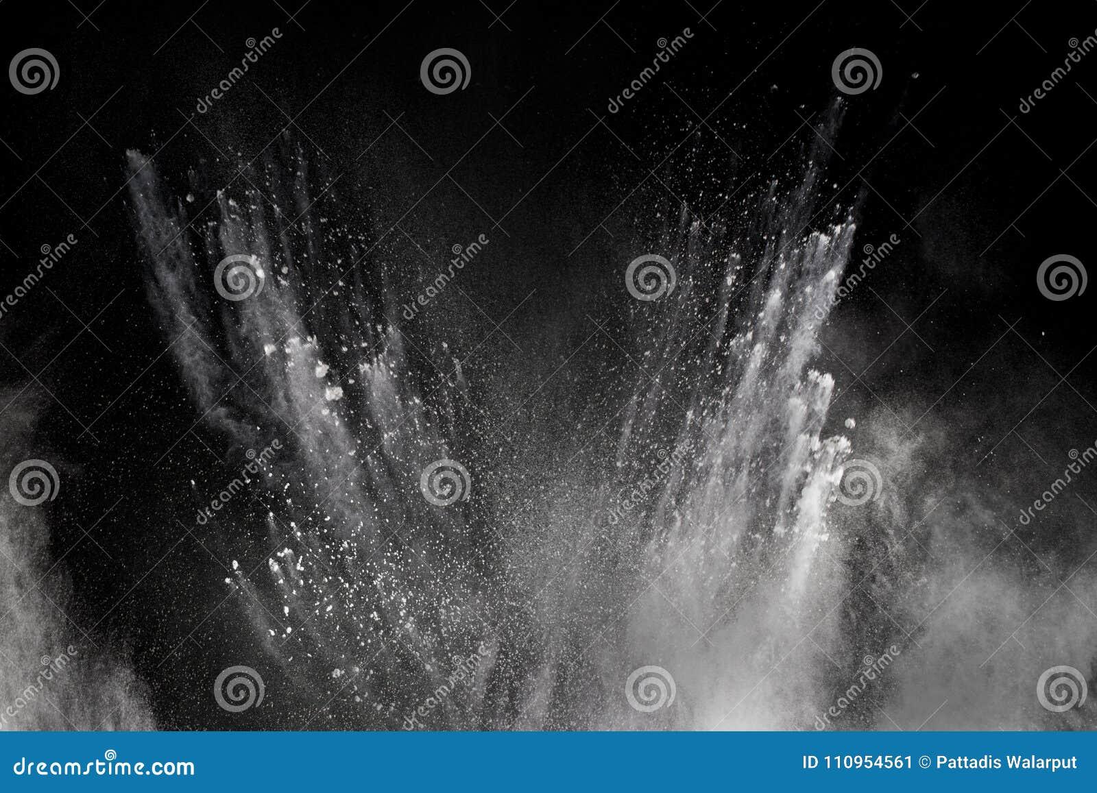 Congele la explosión del movimiento del polvo blanco en un fondo negro