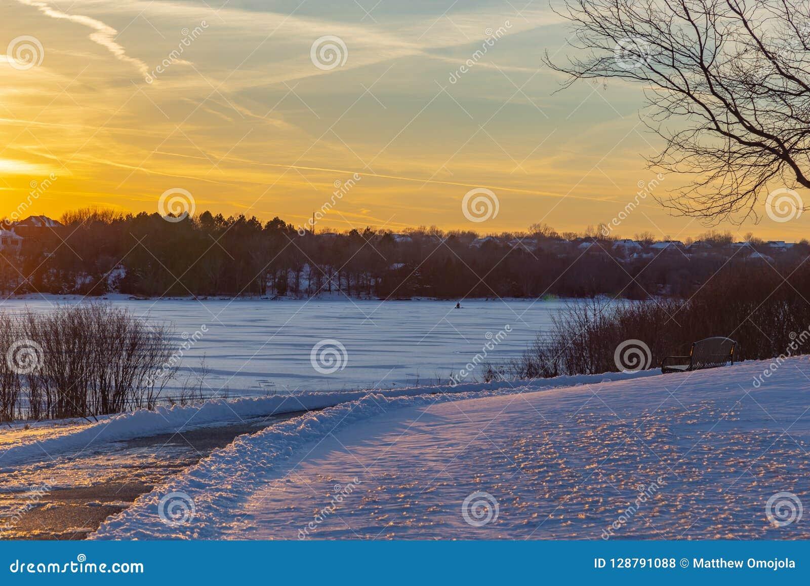 Congele a pesca no inverno congelado 2017 de Zorinsky do lago em Omaha Nebraska EUA