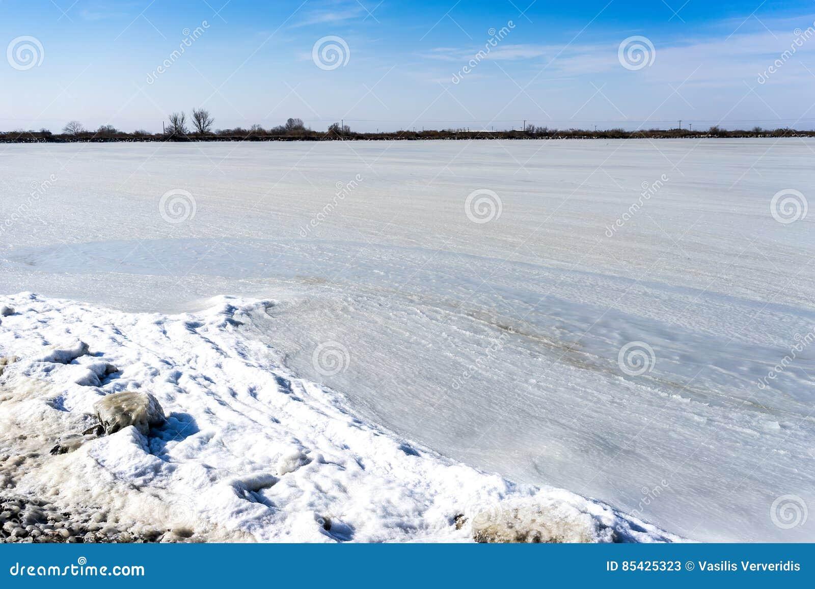 Congelou a lagoa Kalochori em Grécia