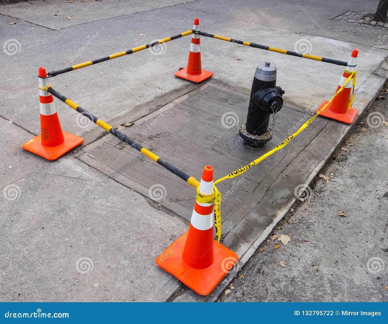 Coni della via con le barre di plastica bianche arancio a strisce di collegamento