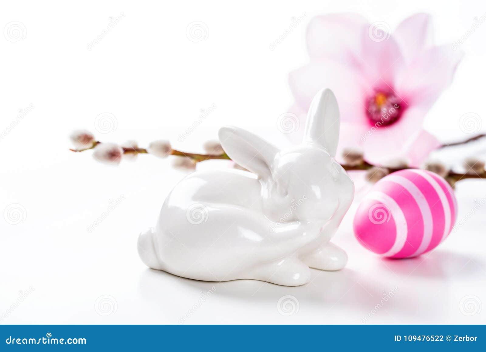 Coniglietto Di Pasqua Con Un Uovo Di Pasqua Rosa Fotografia Stock