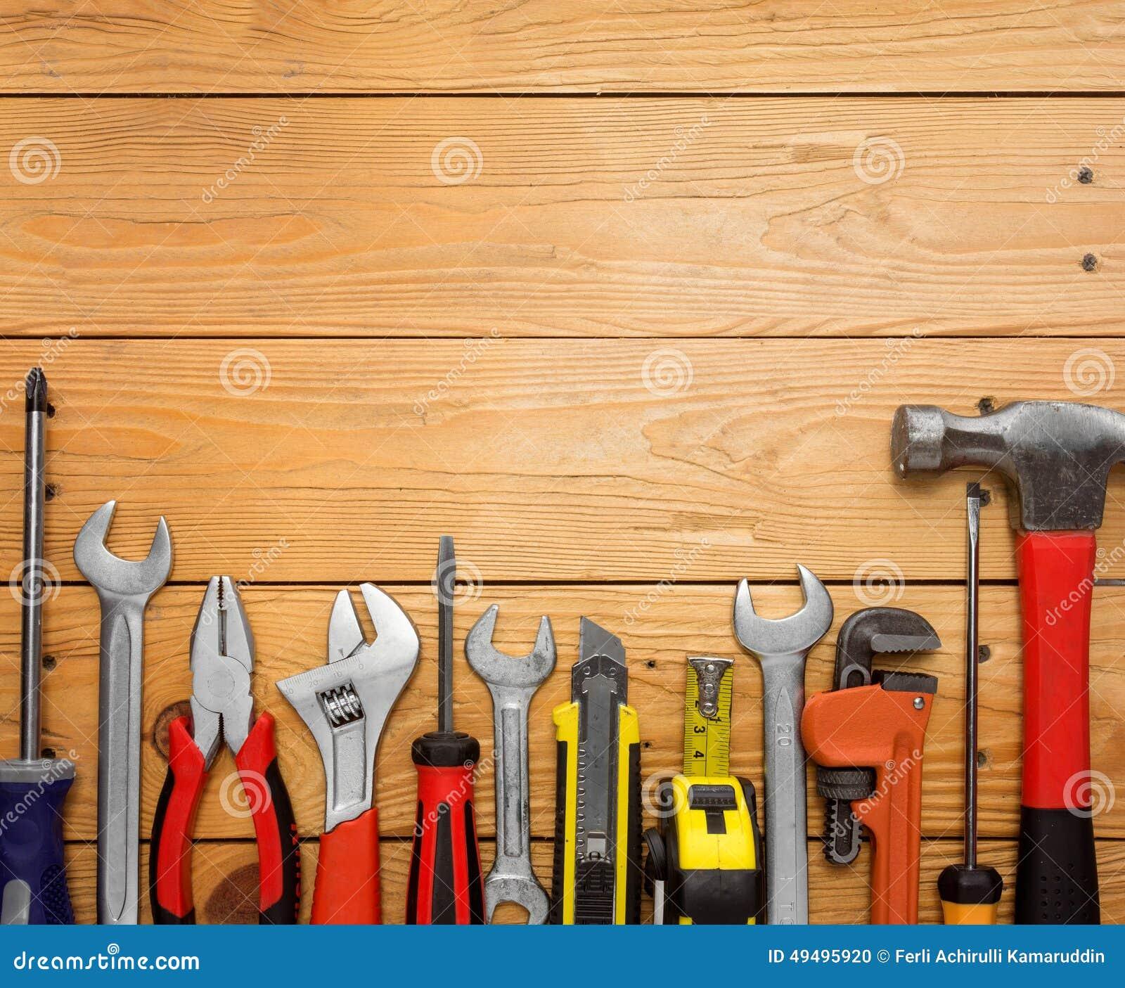 Conjunto de herramientas sobre un panel de madera foto de - Herramientas de madera ...