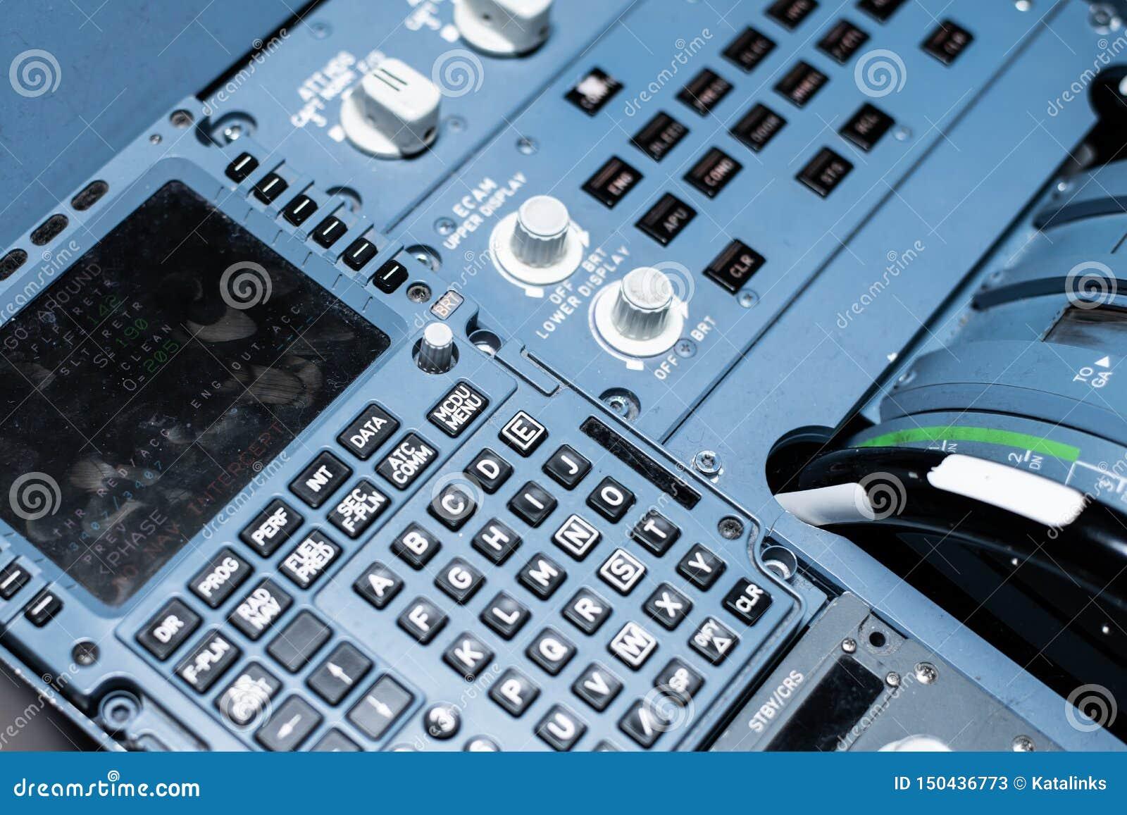 Conmutadores y sensores en el tablero de instrumentos en la cabina del avión de pasajeros