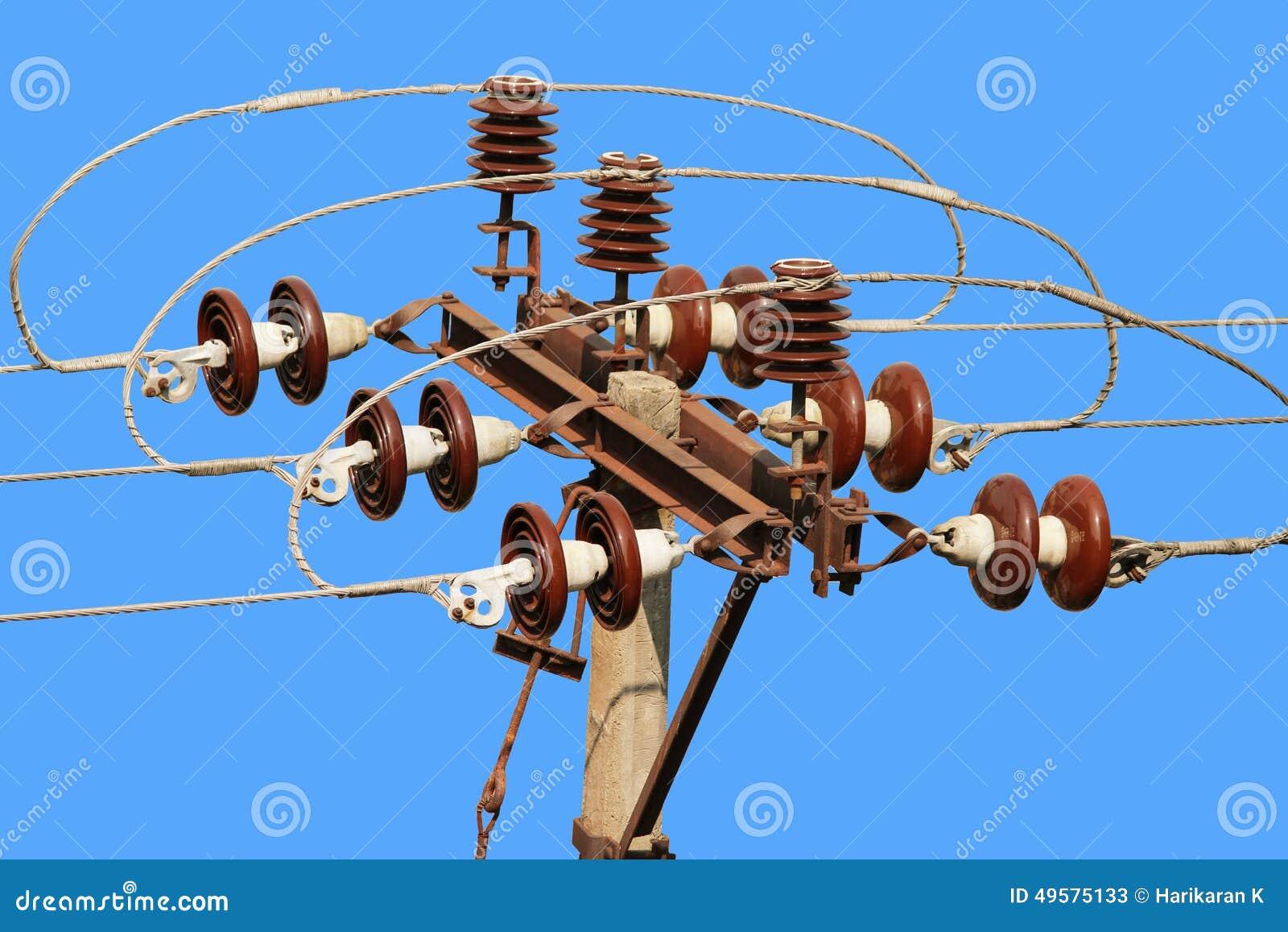 Connecteur électrique de ligne électrique de courrier de rue contre le ciel bleu