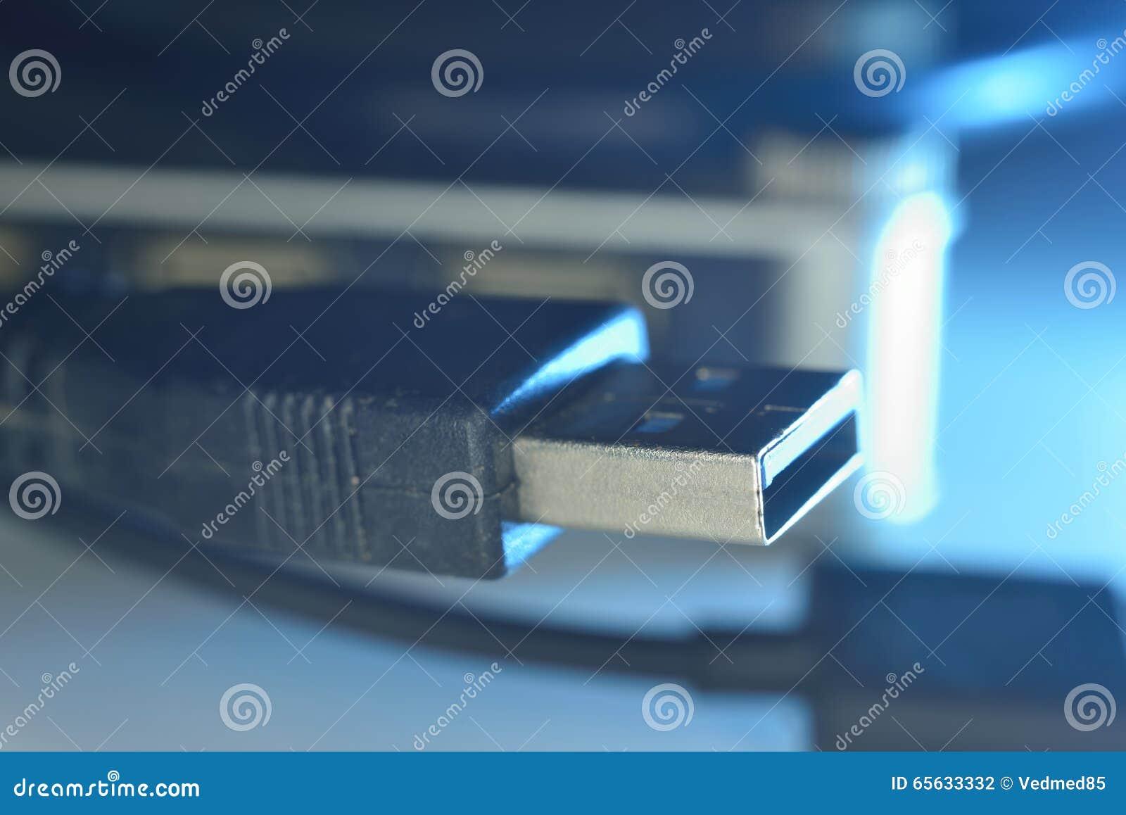 Connecteurs cyan d usb sur le fil