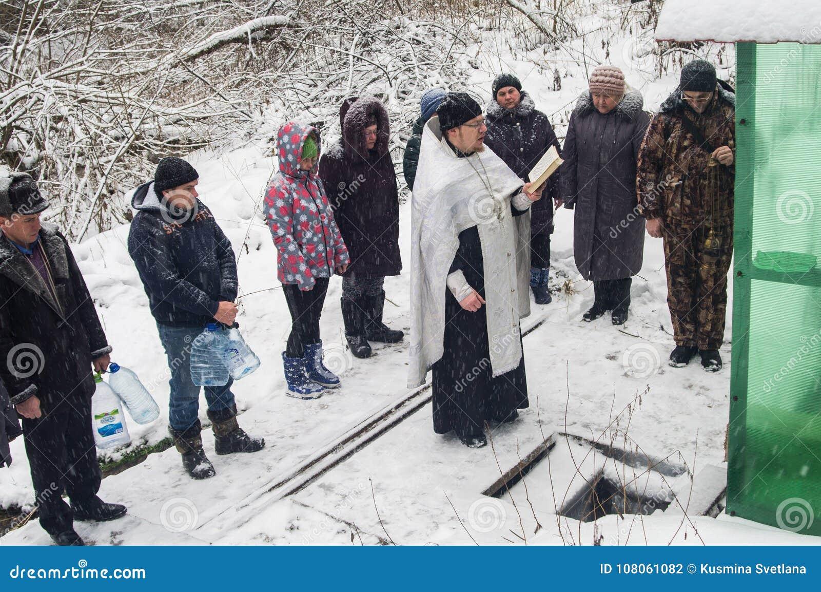 A consagração do nascente de água no feriado cristão do batismo na região de Kaluga de Rússia