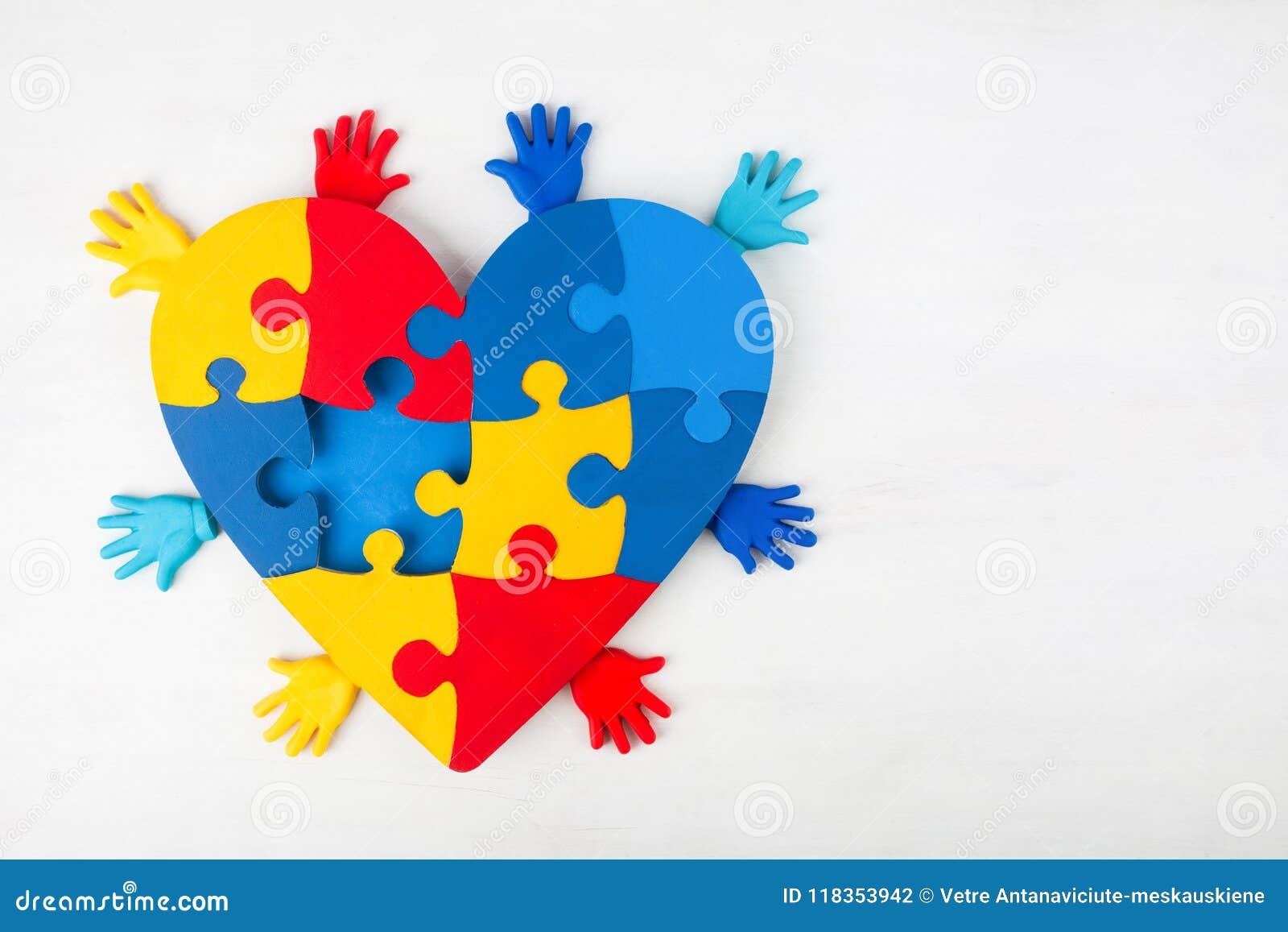 Conscience d autisme de soutien de mains de coeur de puzzle