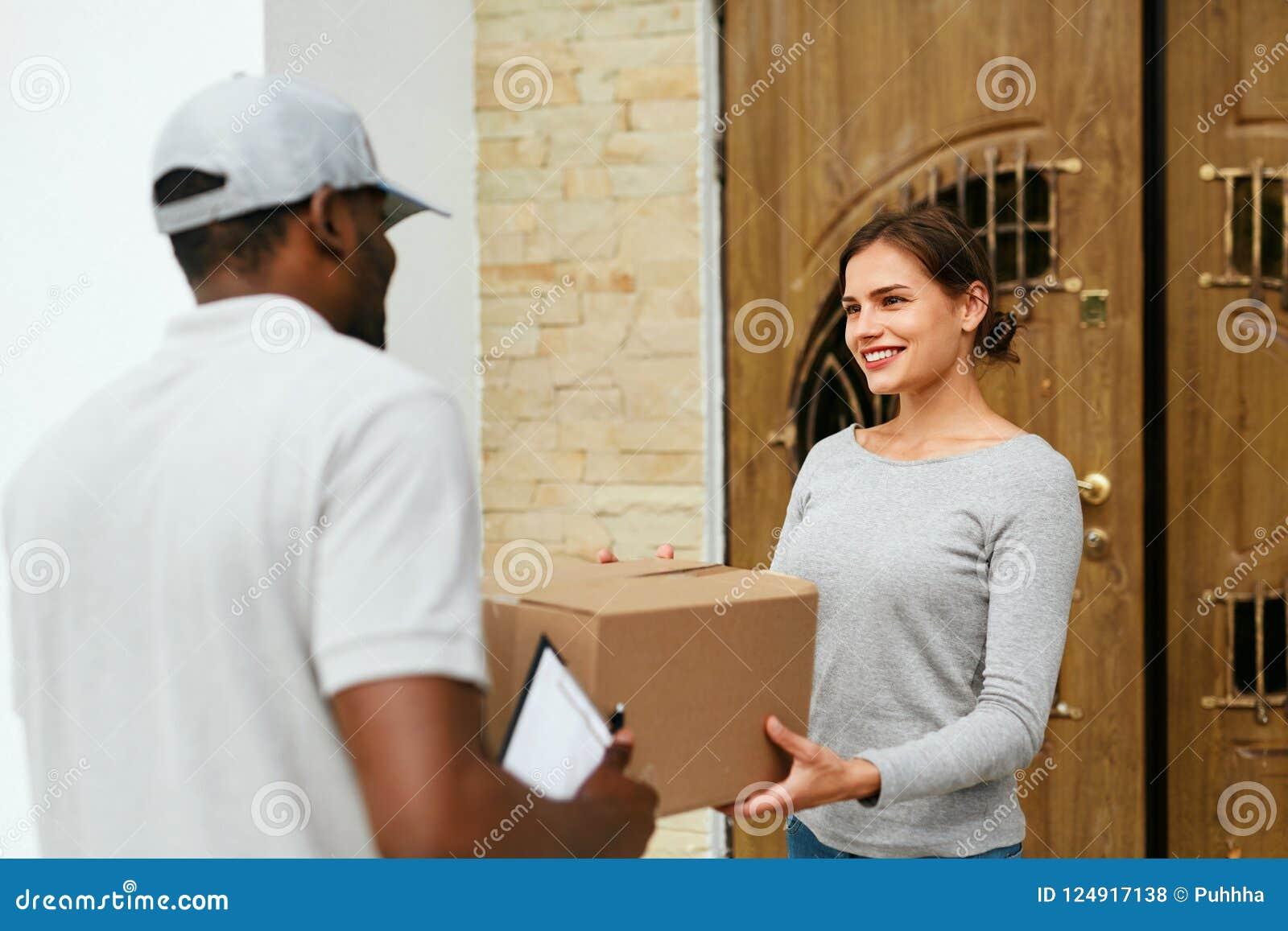 Consegna a domicilio Cliente di Delivering Package To del corriere