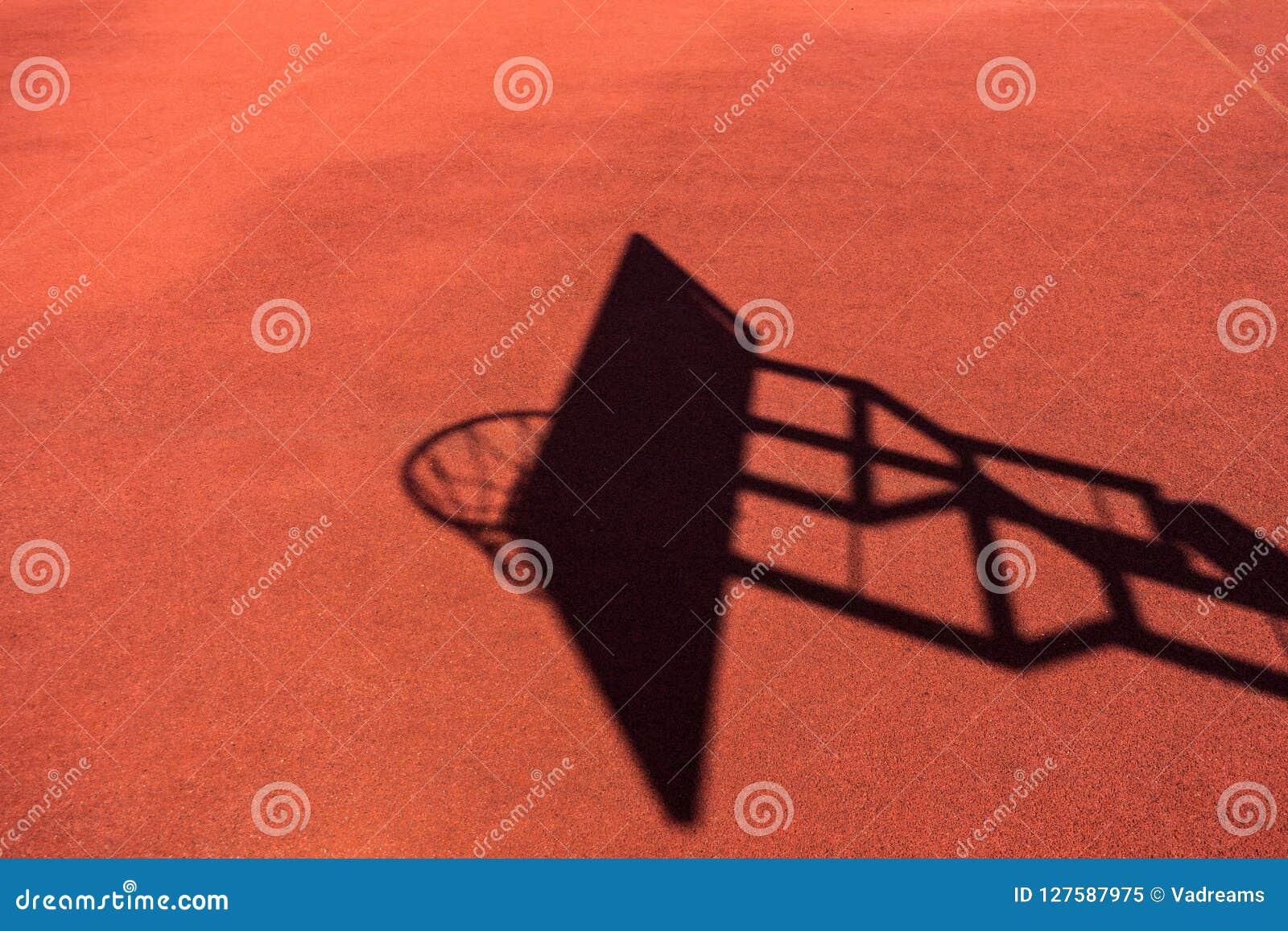 Sol Terrain De Basket conseil de basket-ball et ombre de filet sur l'au sol de