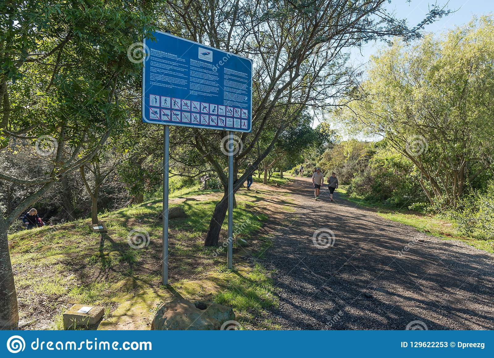 Conseil de l information à l arborétum de Vinks dans la forêt de Majik dans Durbanvi