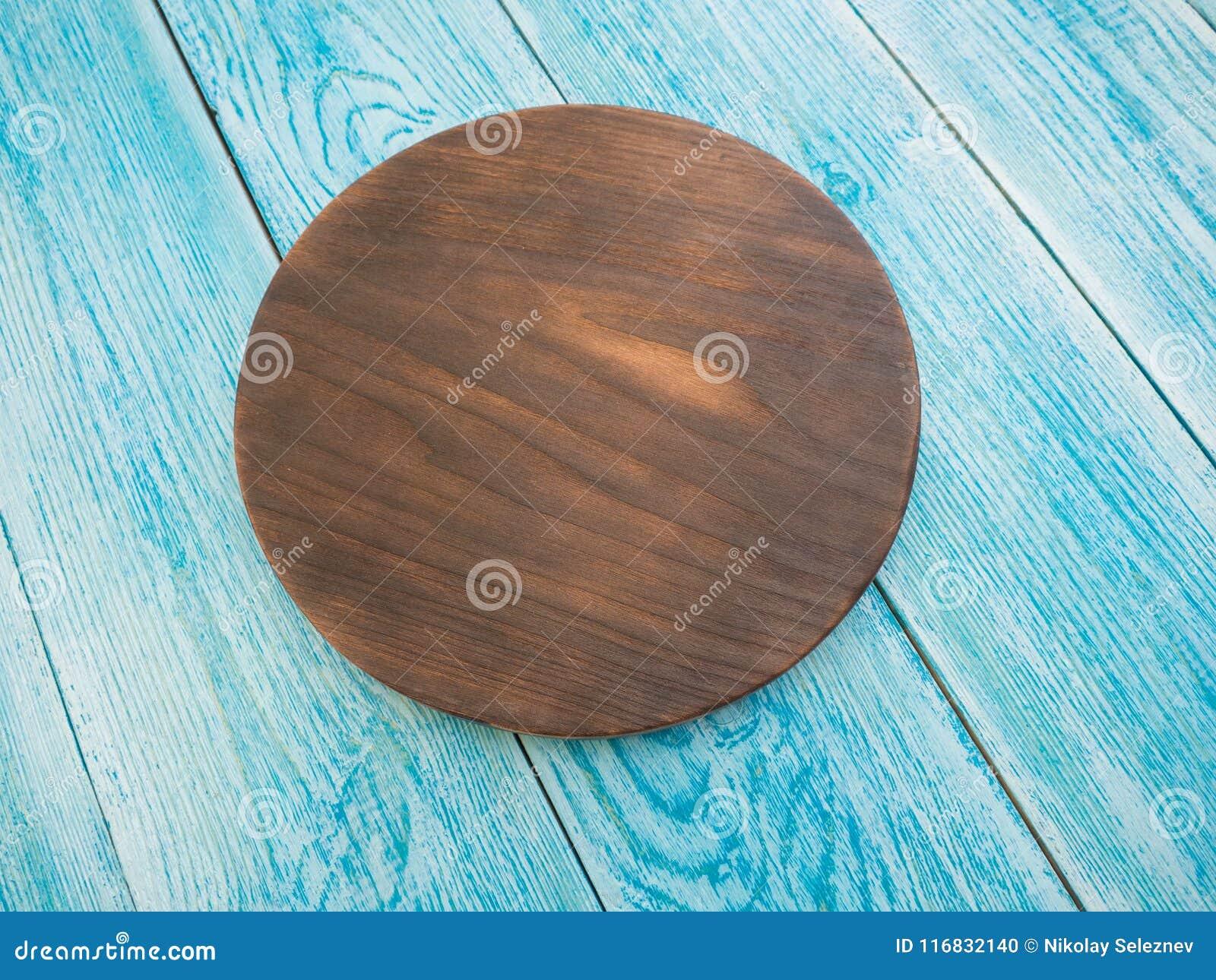 Conseil en bois pour des plats de portion sur la table