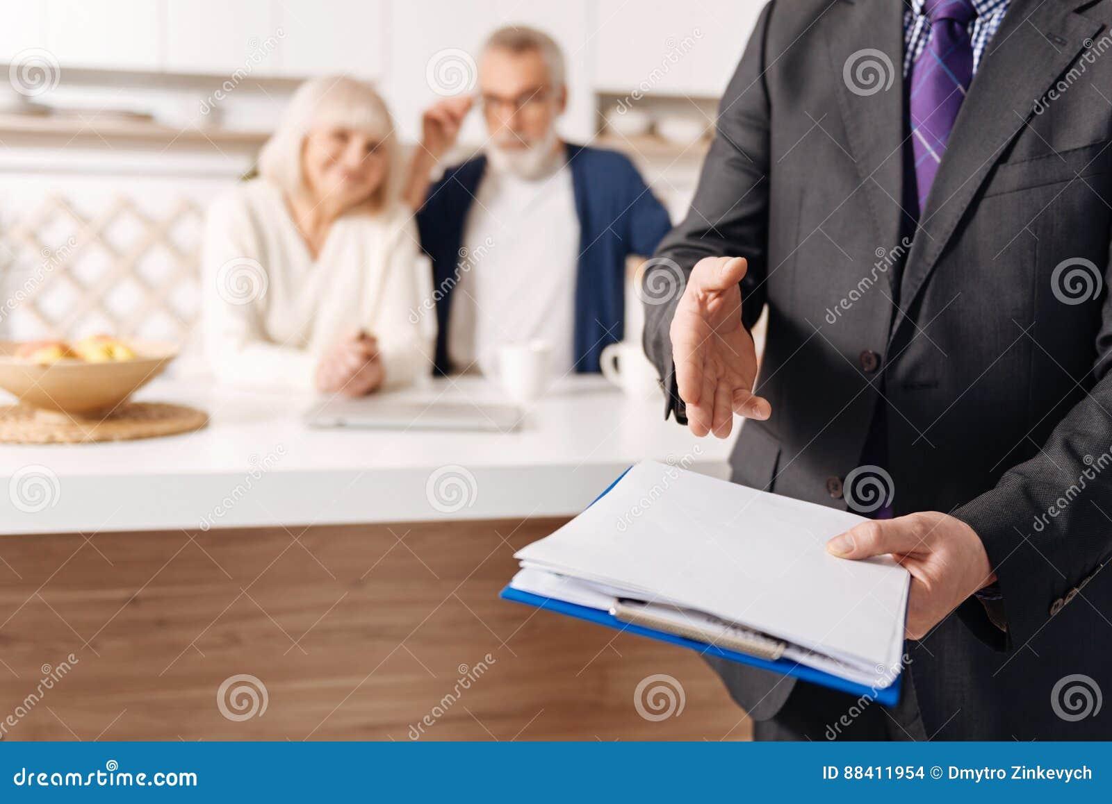 aa5d175d20c Conseiller crédible de sécurité sociale démontrant le document pour les  couples pluss âgé
