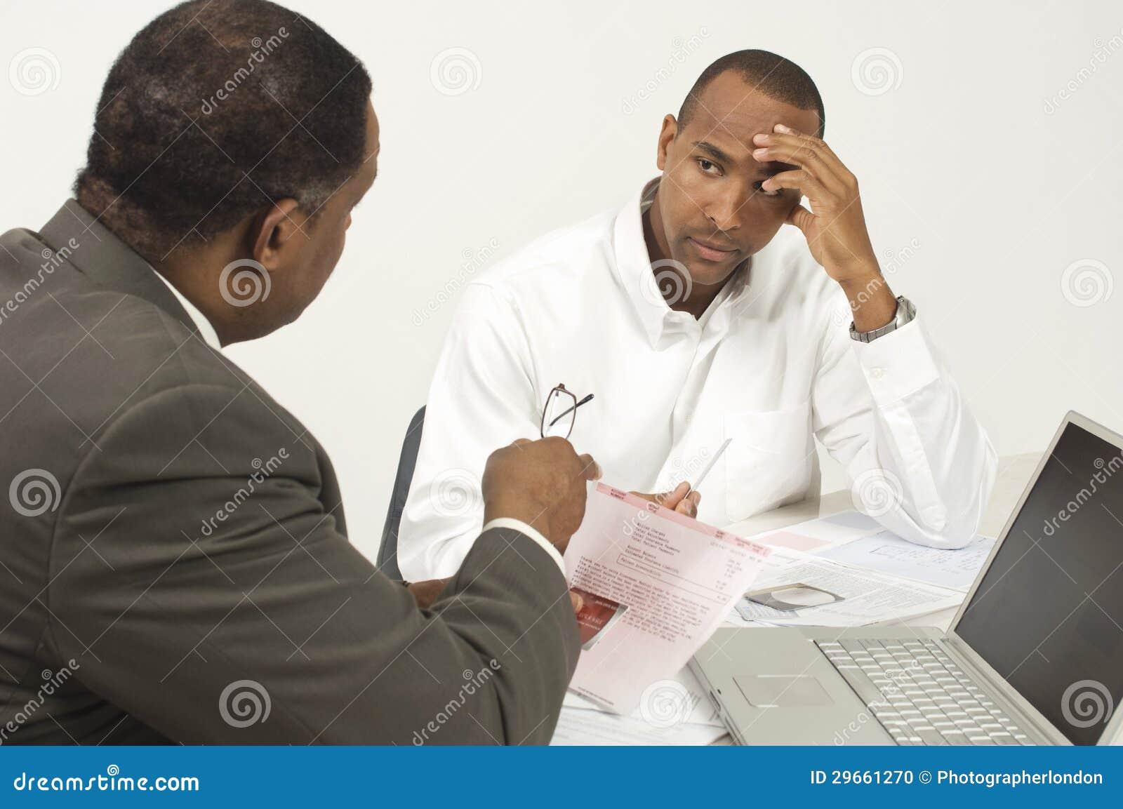 Consejero financiero en la discusión con el hombre de negocios tensado