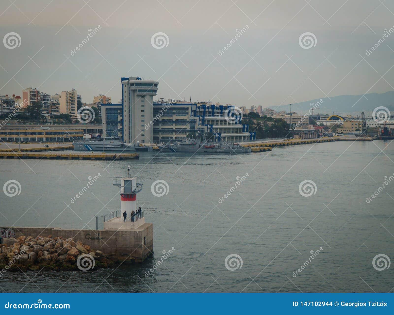 Conseptual disparou do navio que est? saindo o porto dos outros navios e da torre do comando, em um dia nebuloso com mar calmo