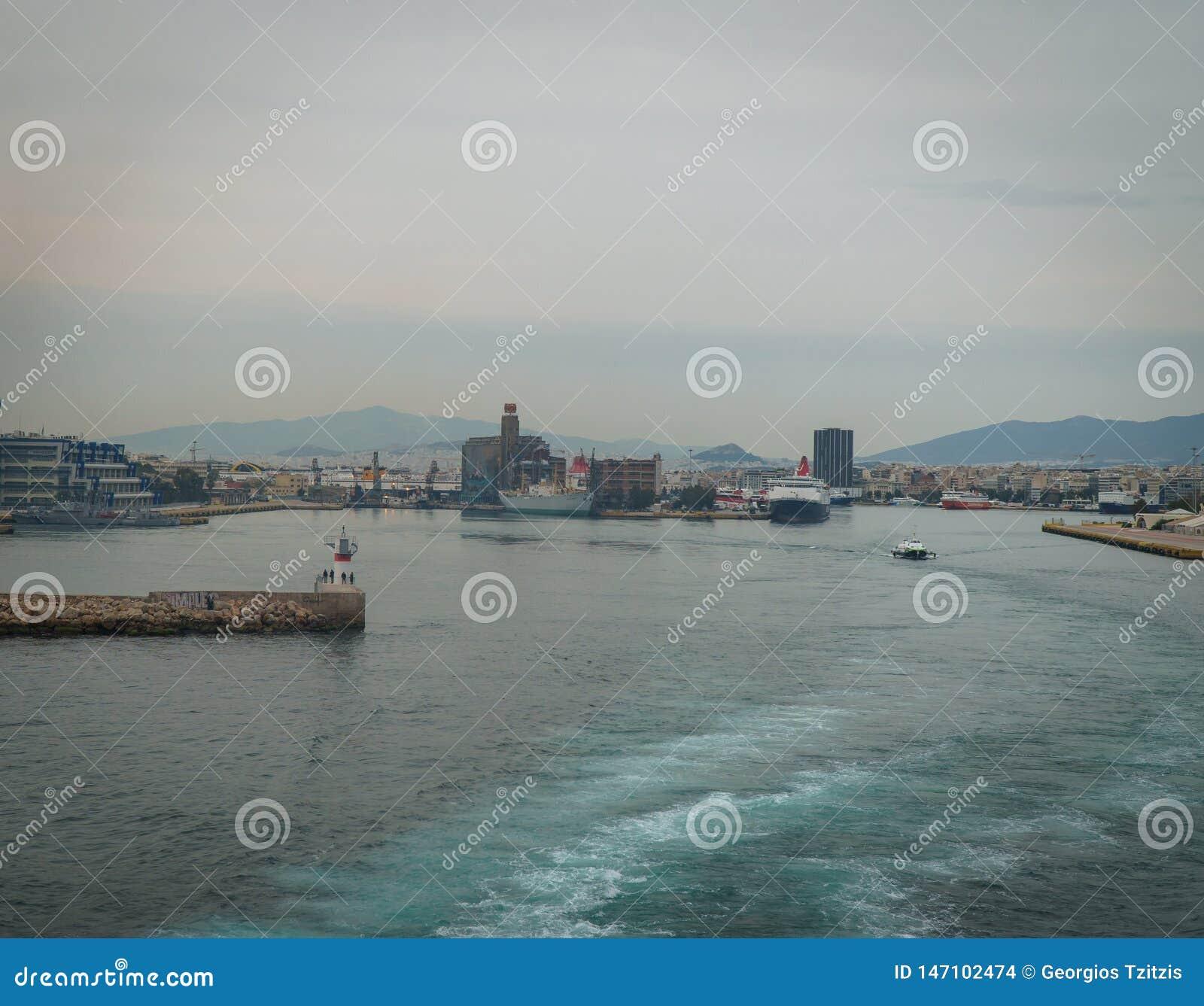 Conseptual van het grote schip wordt geschoten dat weggaand van de haven de grote witte stegen in het overzees worden gecreeerd,