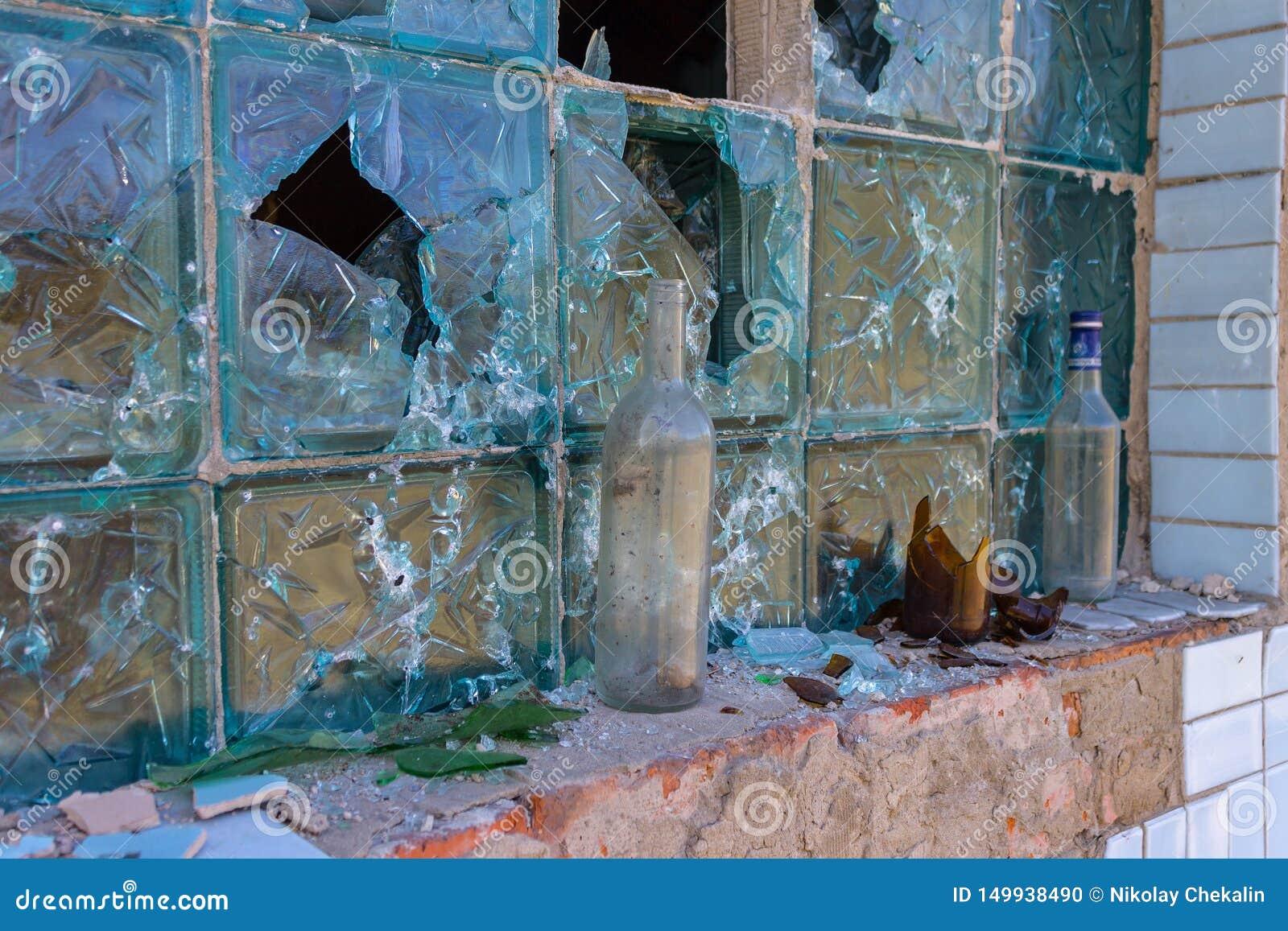 Consequências das hostilidades Traços de balas e traços de destruição na parede da construção