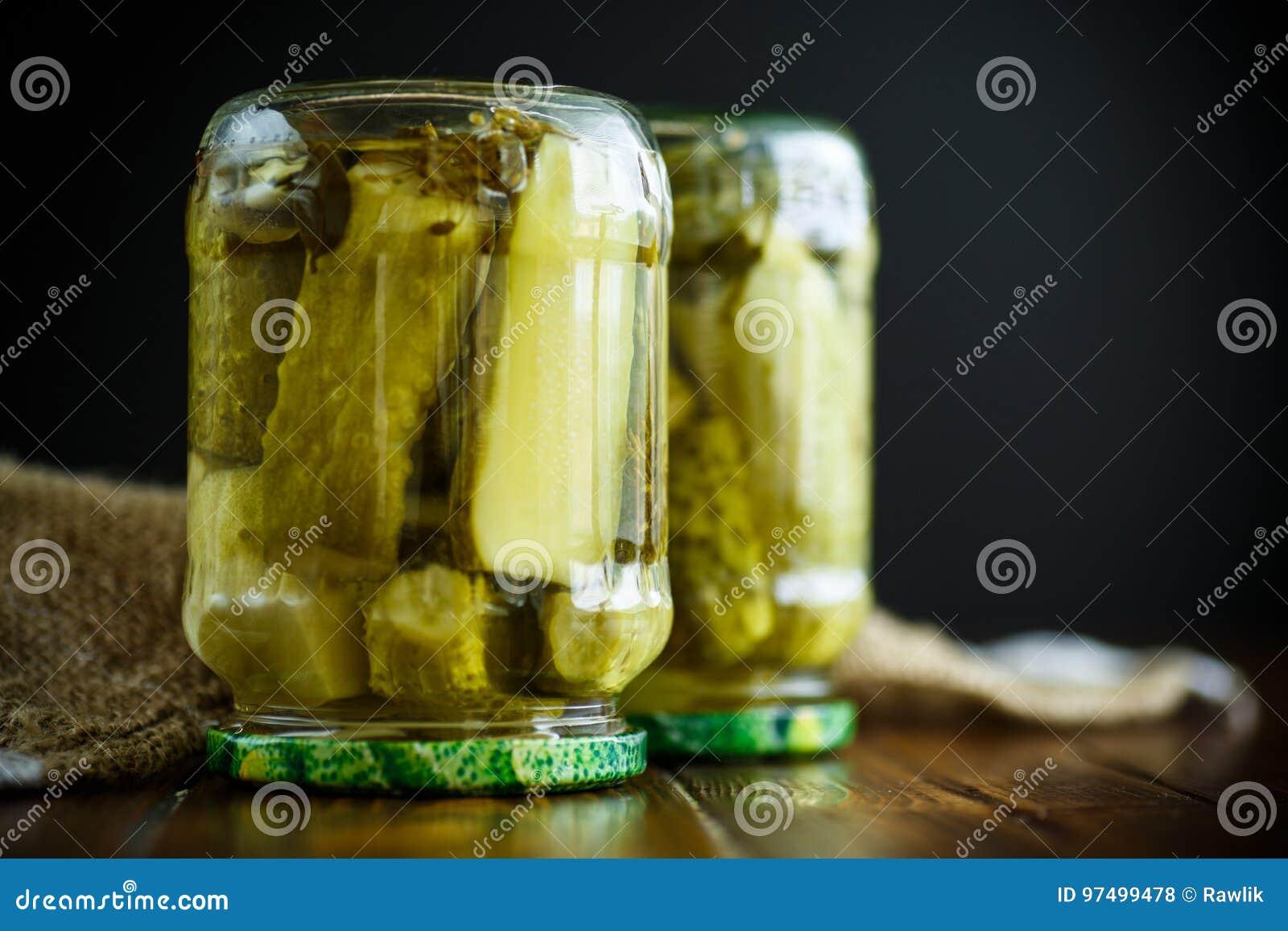 Conservazione domestica Inscatolato in un cetriolo maturo del barattolo di vetro