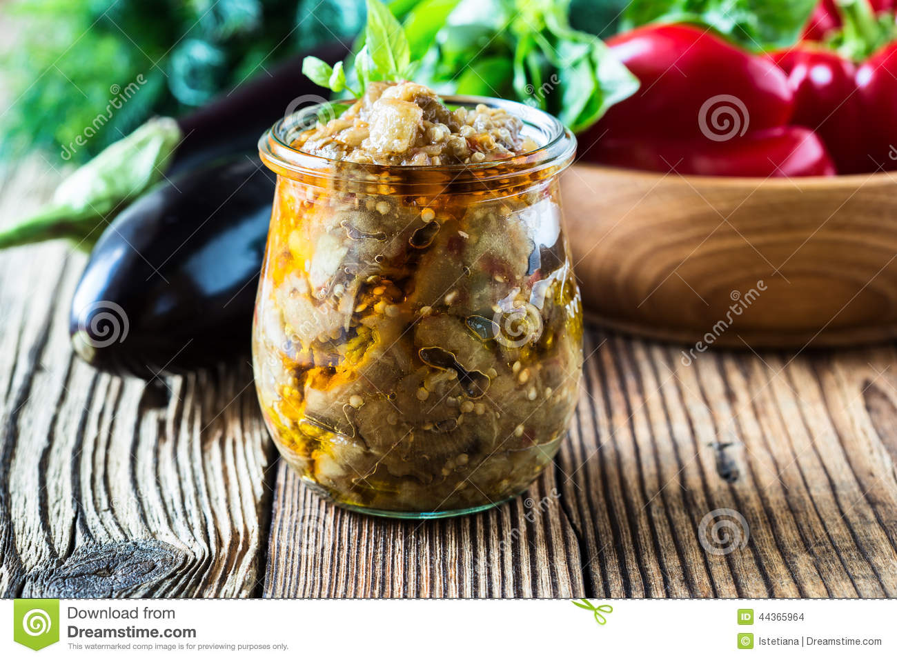 Conserve d 39 aubergine dans le pot en verre photo stock for Pot de conserve en verre