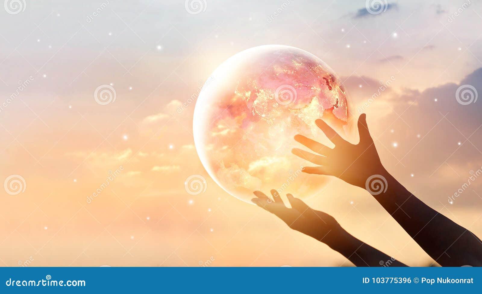 Conservi la campagna dell energia mondiale Pianeta Terra sulla manifestazione umana delle mani