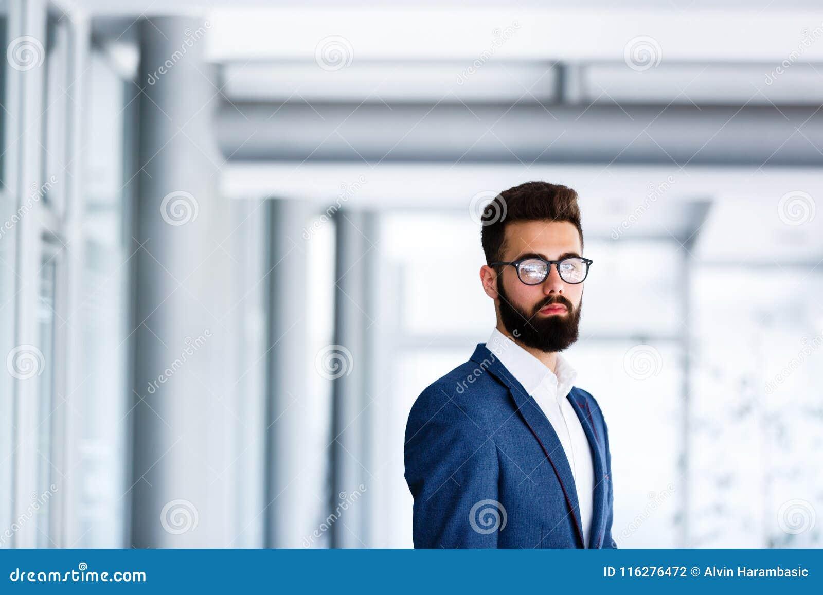 ` Considerável novo s de Standing At Company do homem de negócios interno