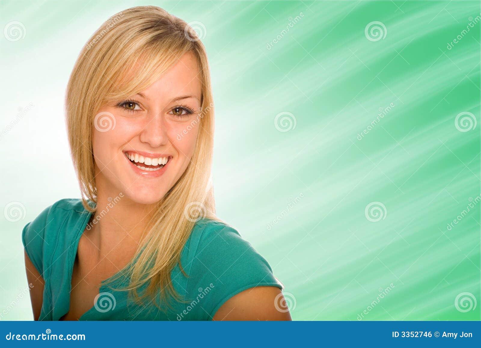Consideravelmente louro com grande sorriso